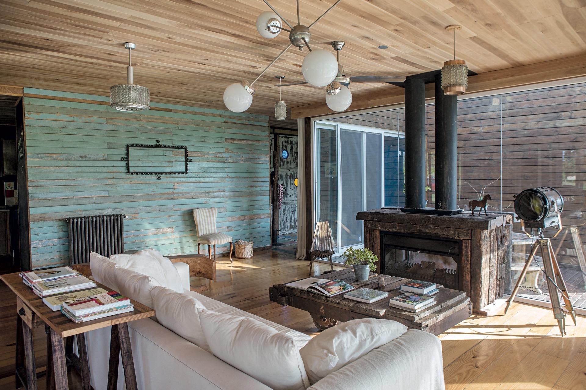 La madera es el protagonista principal de este living.