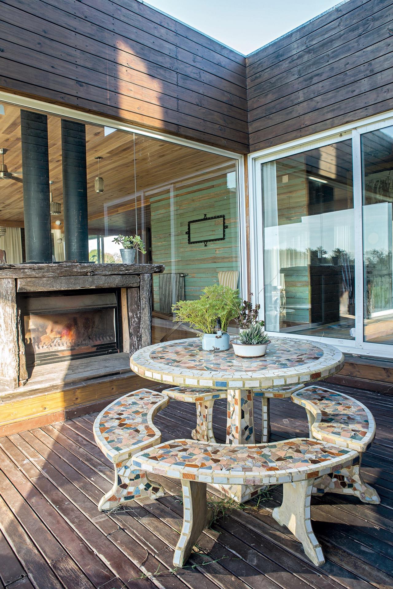 Un juego de mesa y banco de jardín de los años 50 se adueña del patio.