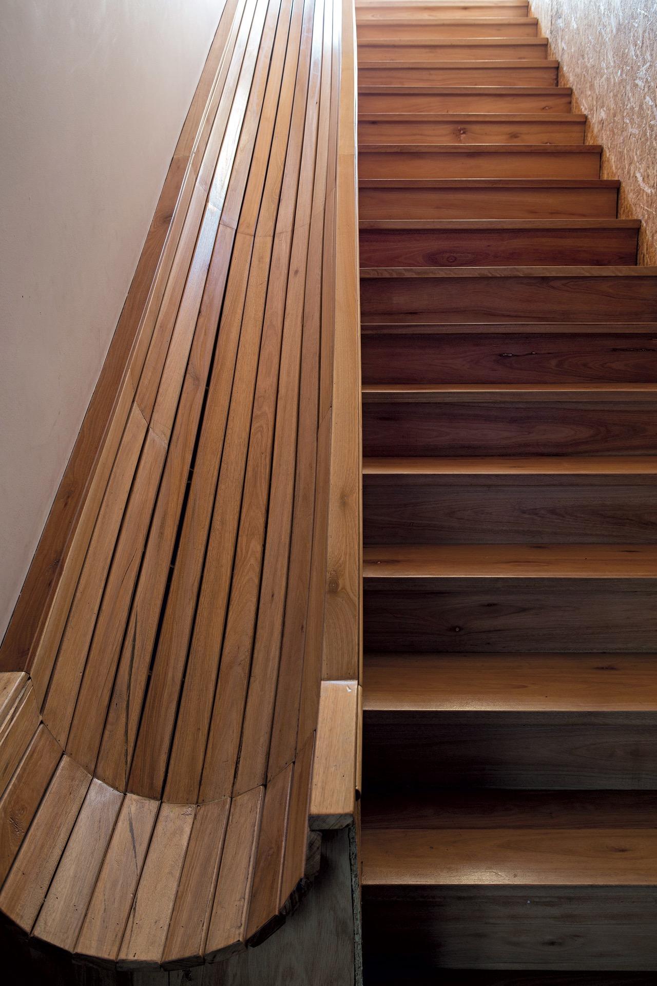 Al lado de la escalera, un tobogán de madera. Diversión para grandes y chicos.