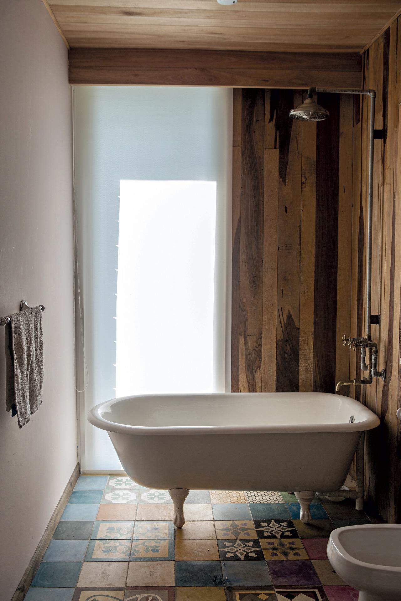 El baño en suite está hecho con materiales reciclados.