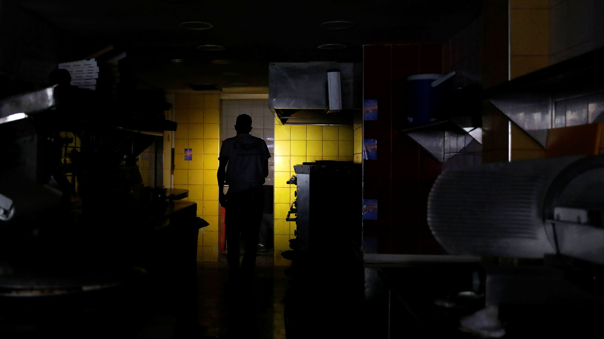 """La Corporación Eléctrica Nacional (Corpoelec) reaccionó de manera inmediata al apagón y señaló en Twitter que la generación fue saboteada en la instalación de Guri, la más importante del todo el sistema. """"Esto es parte de la guerra eléctrica contra el Estado. ¡No lo permitiremos! Estamos trabajando para recuperar el servicio"""", añadió la estatal."""