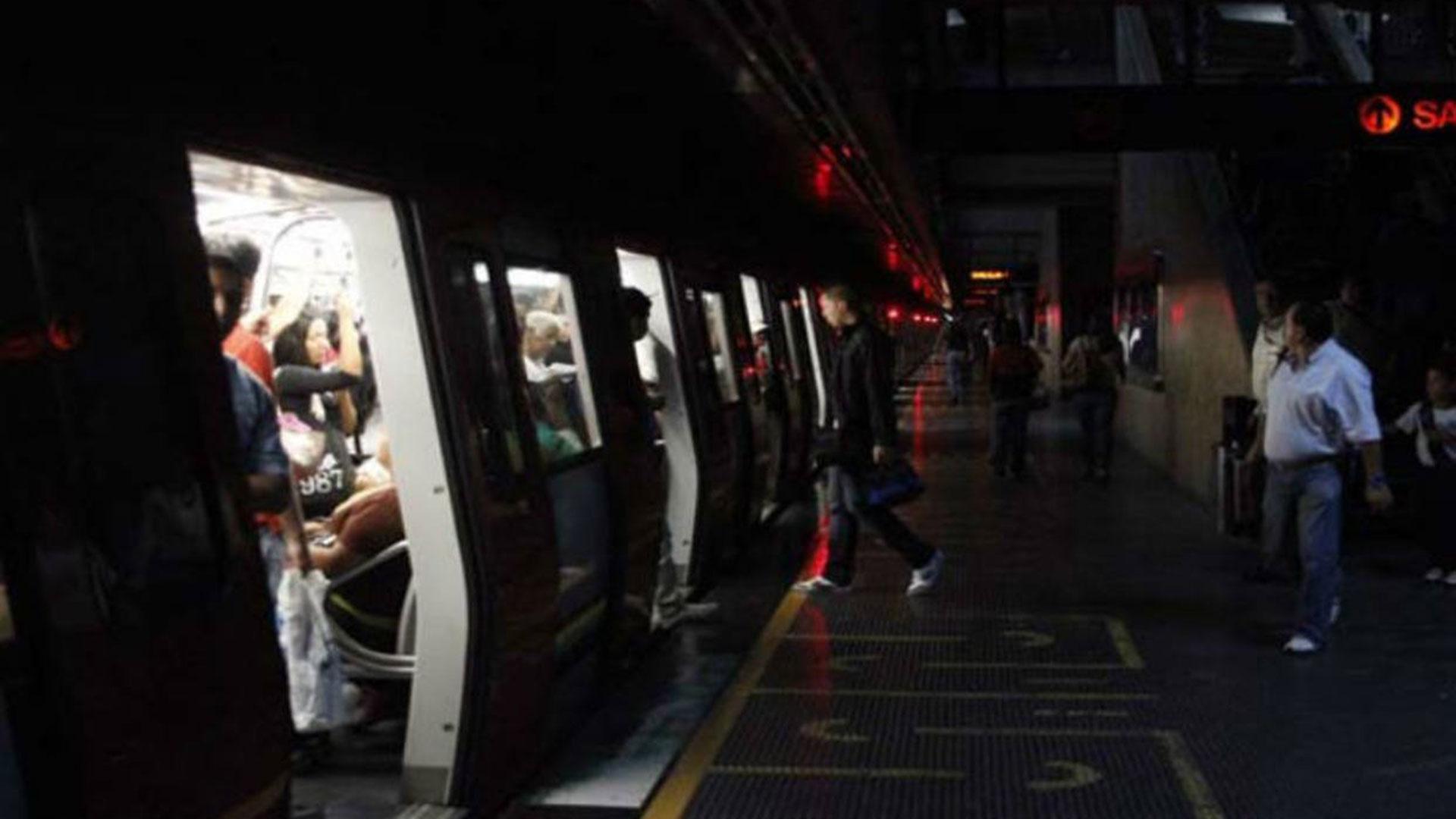 El servicio del Metro, vital en la movilización de pasajeros ante el colapso del transporte público, vio suspendida sus actividades por causa de la falla, lo que obligó a miles de personas a caminar largos trayectos para llegar a sus destinos.