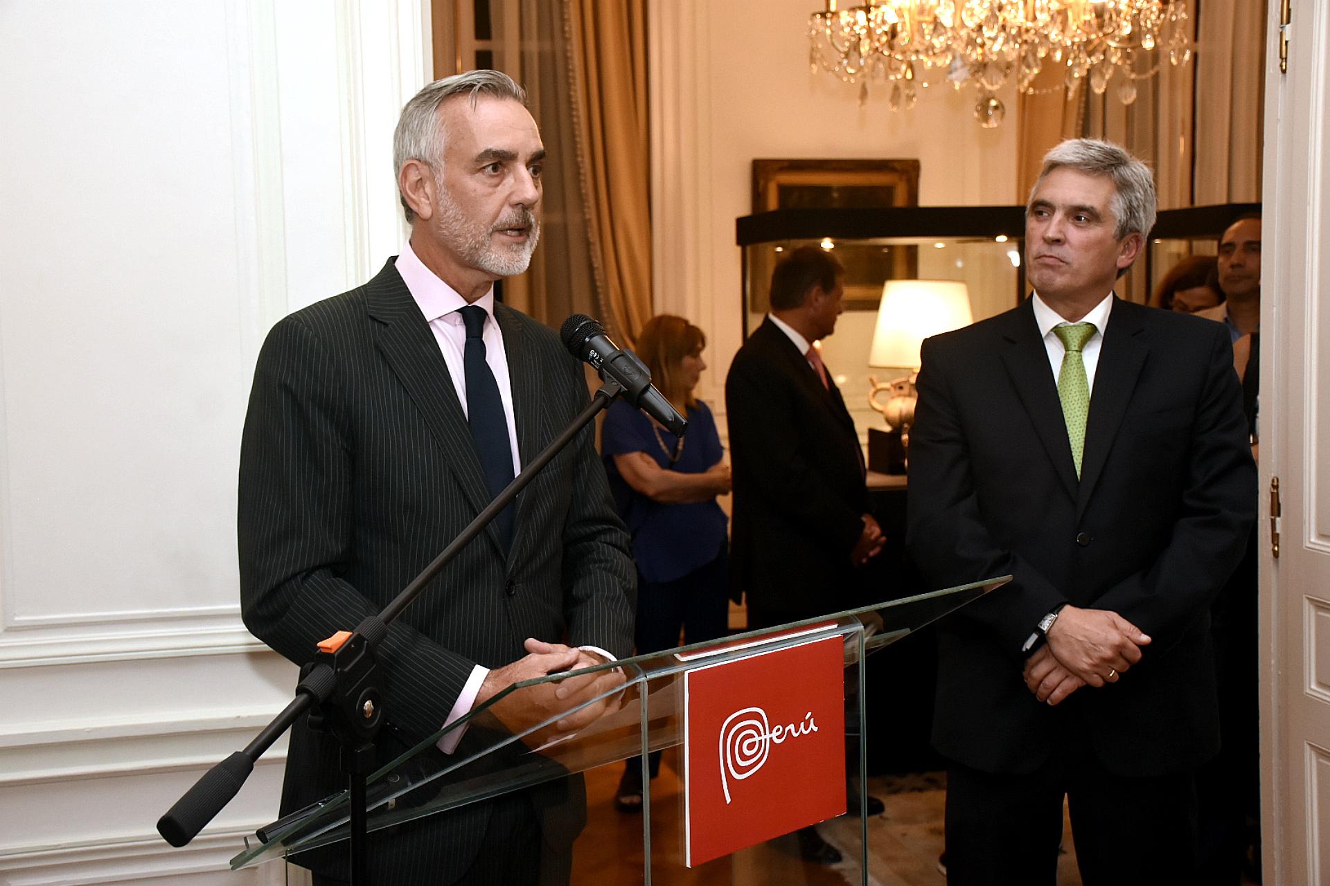 El vicecanciller argentino Gustavo Zlauvinen y el embajador Peter Camino Cannock