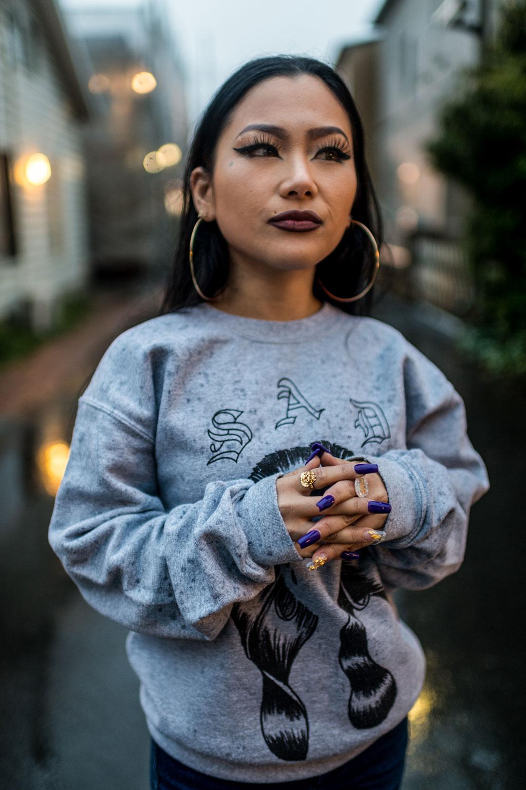 """Mona """"Sad Girl"""", una rapera japonesa, fuera de su estudio de grabación en Japón, marzo de 2018 (The New York Times)"""
