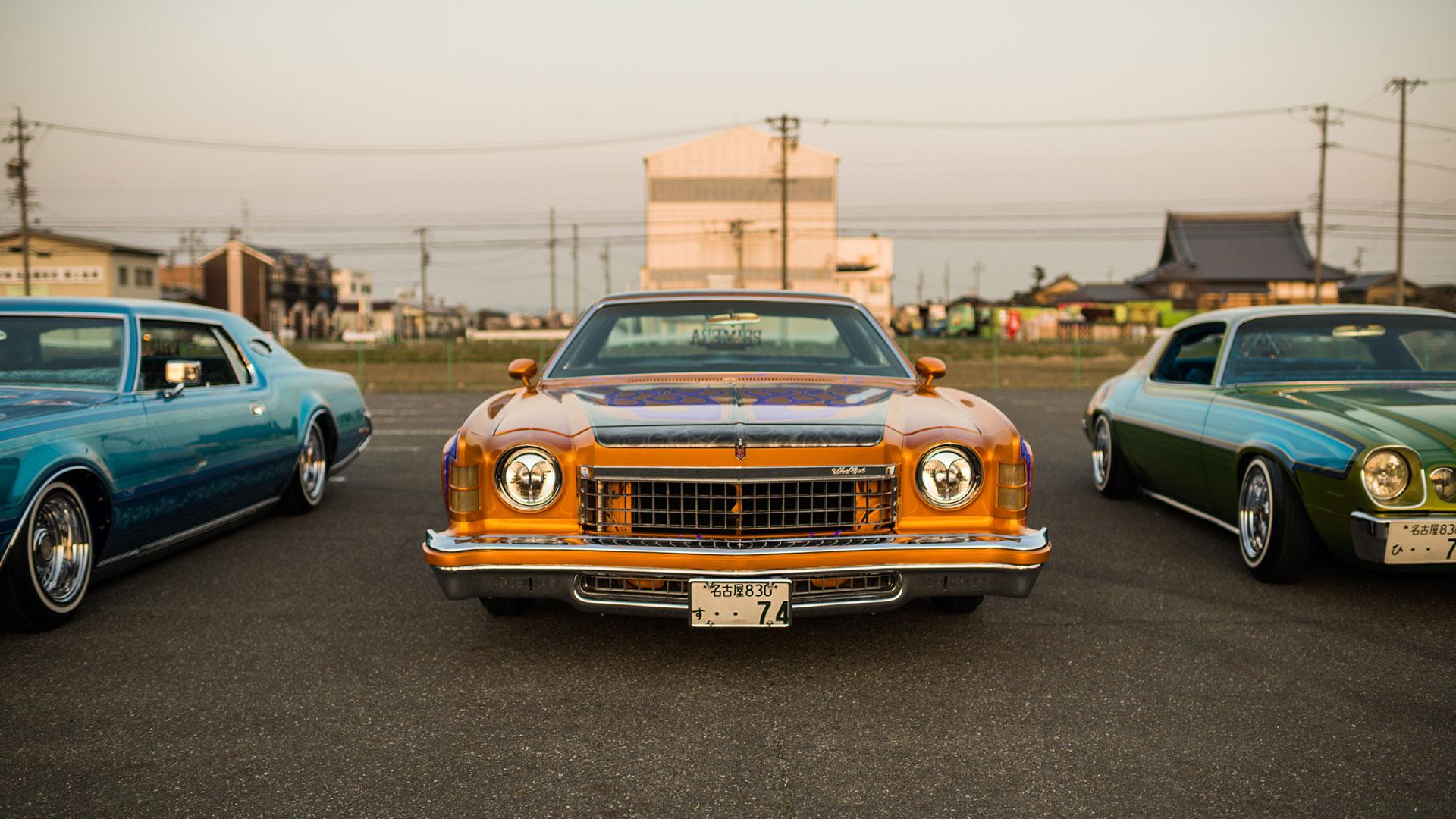 Una fila de automóviles lowrider en el estacionamiento fuera del club Paradise Road en Nagoya (The New York Times)