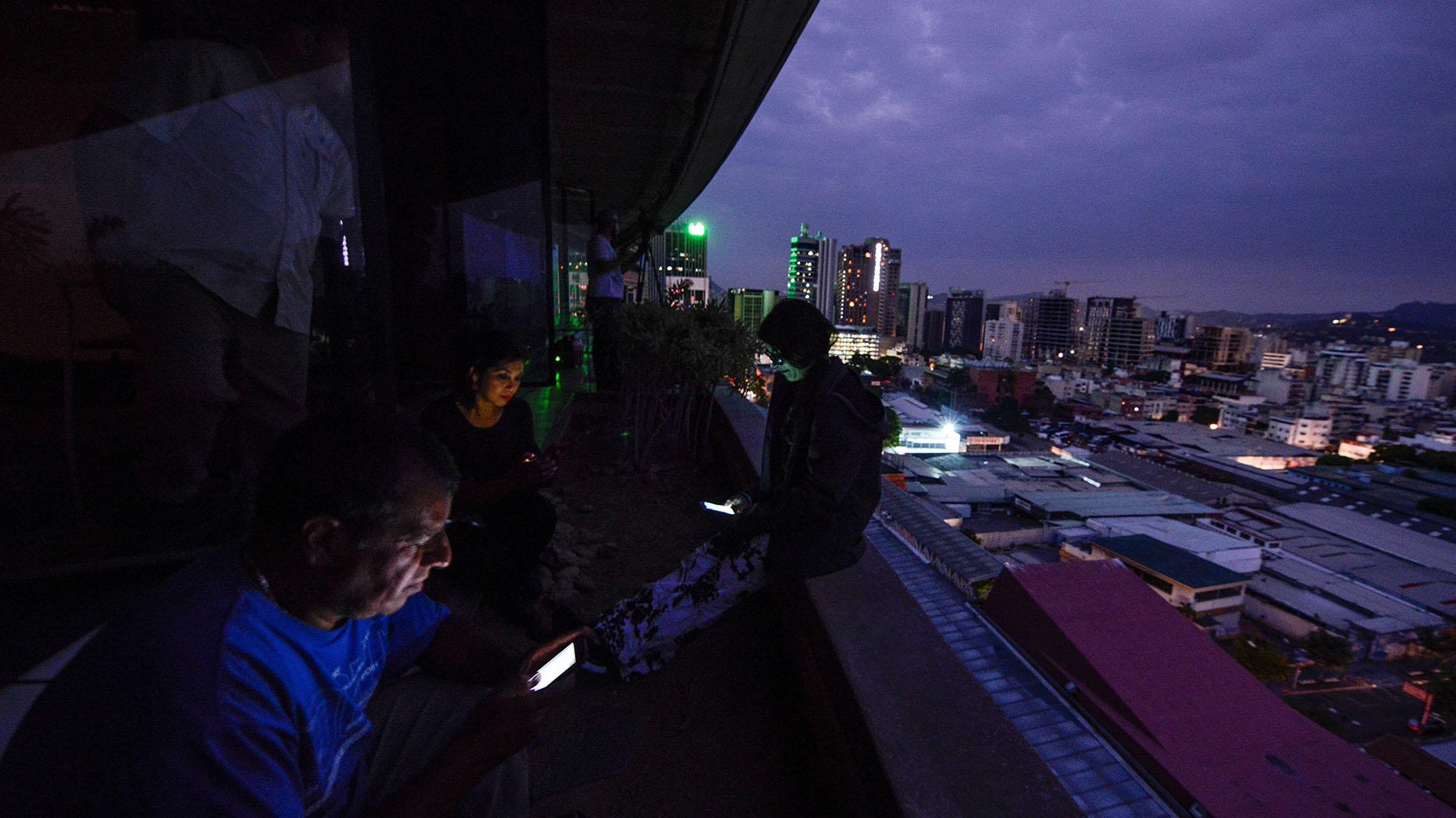 Los periodistas usaron susmóviles duranteel corte de energía en Caracas para completar su trabajo.