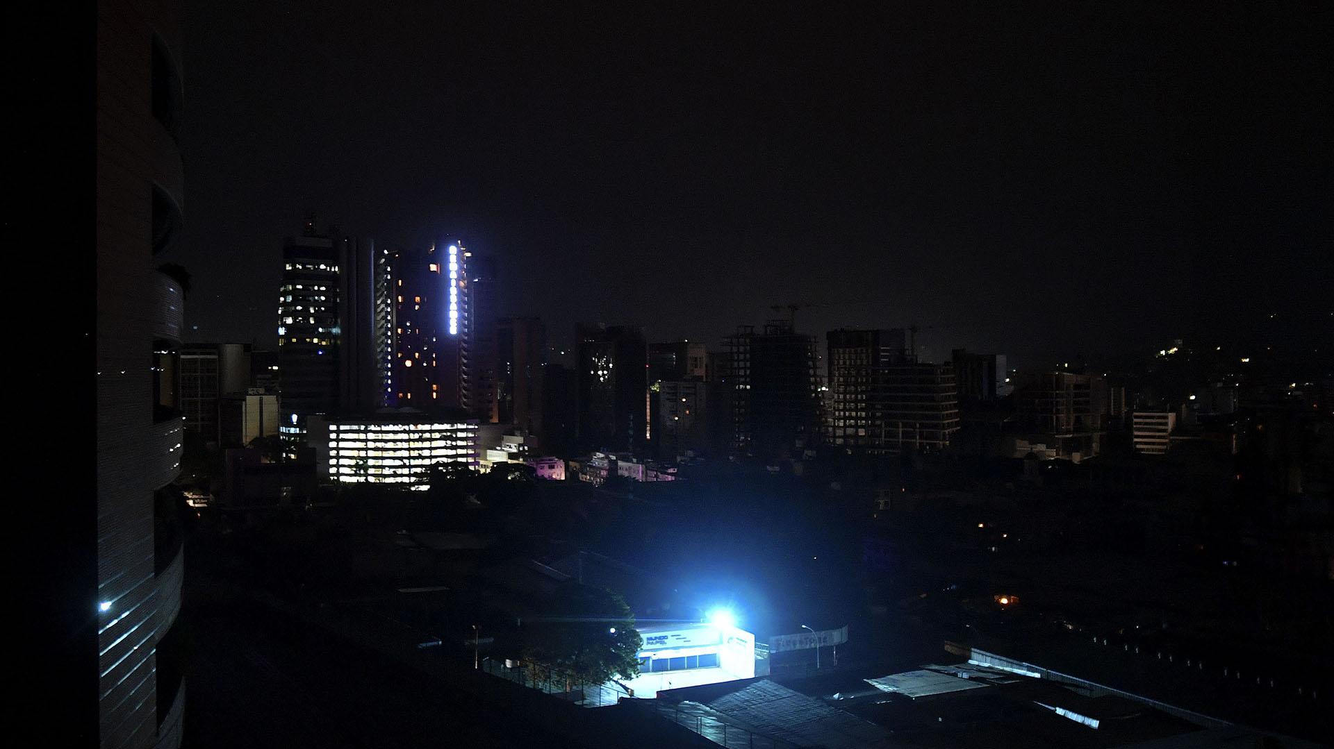 Vista nocturna de Caracas durante un corte de energía.