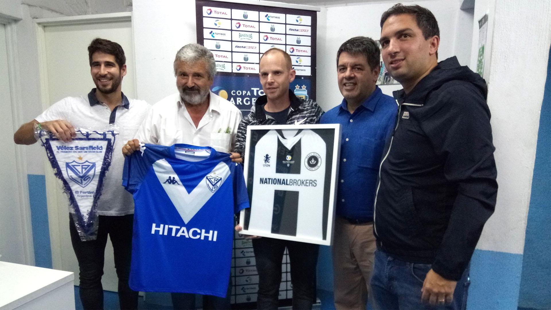 César Mansilla, en la previa del partido ante Vélez, posa con la camiseta del conjunto de Liniers. (@PilarFutbolC)