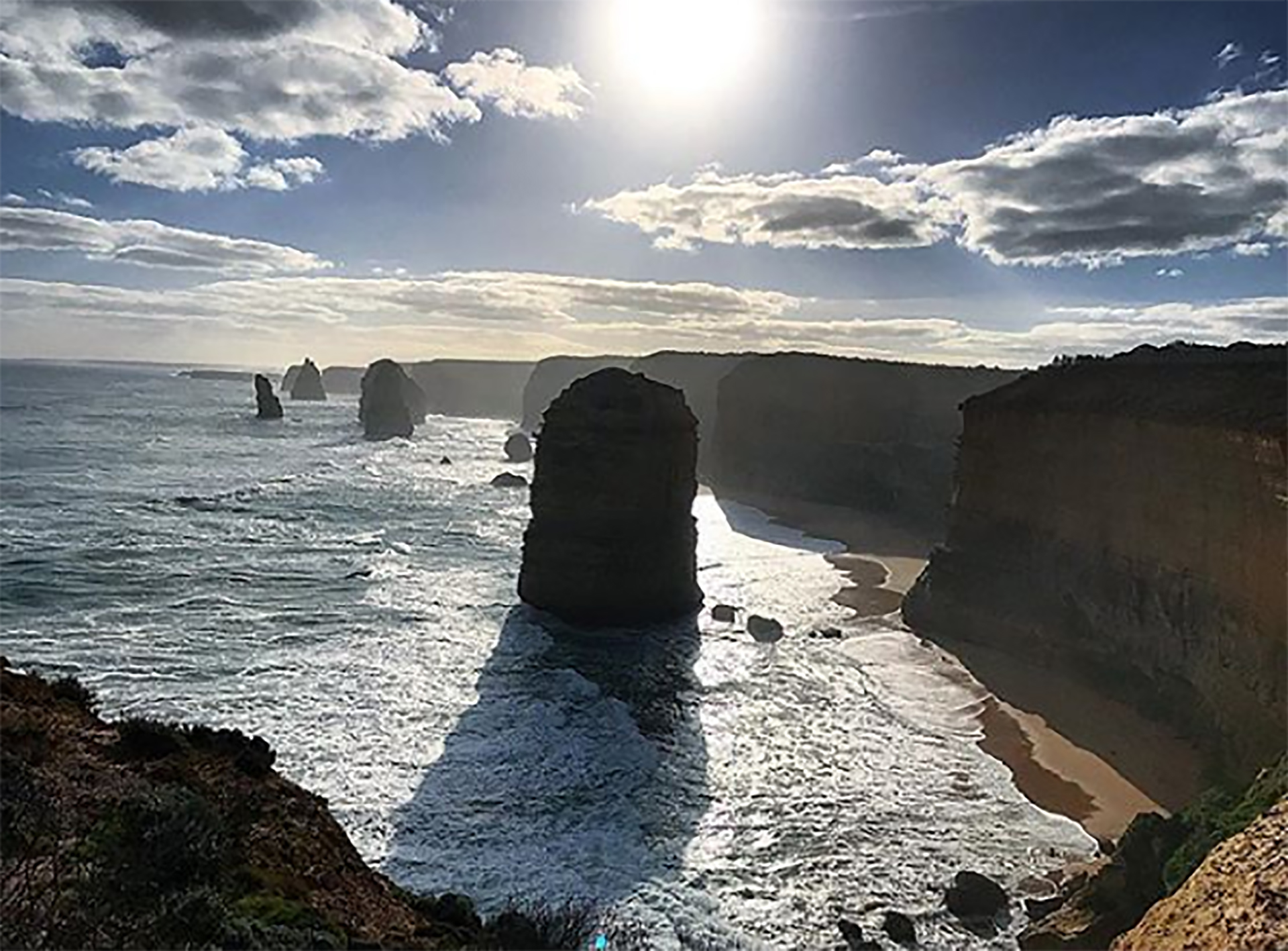 Los 12 apóstoles son un agrupamiento de imponentes piedras rocas en el océano(@hotdudu)