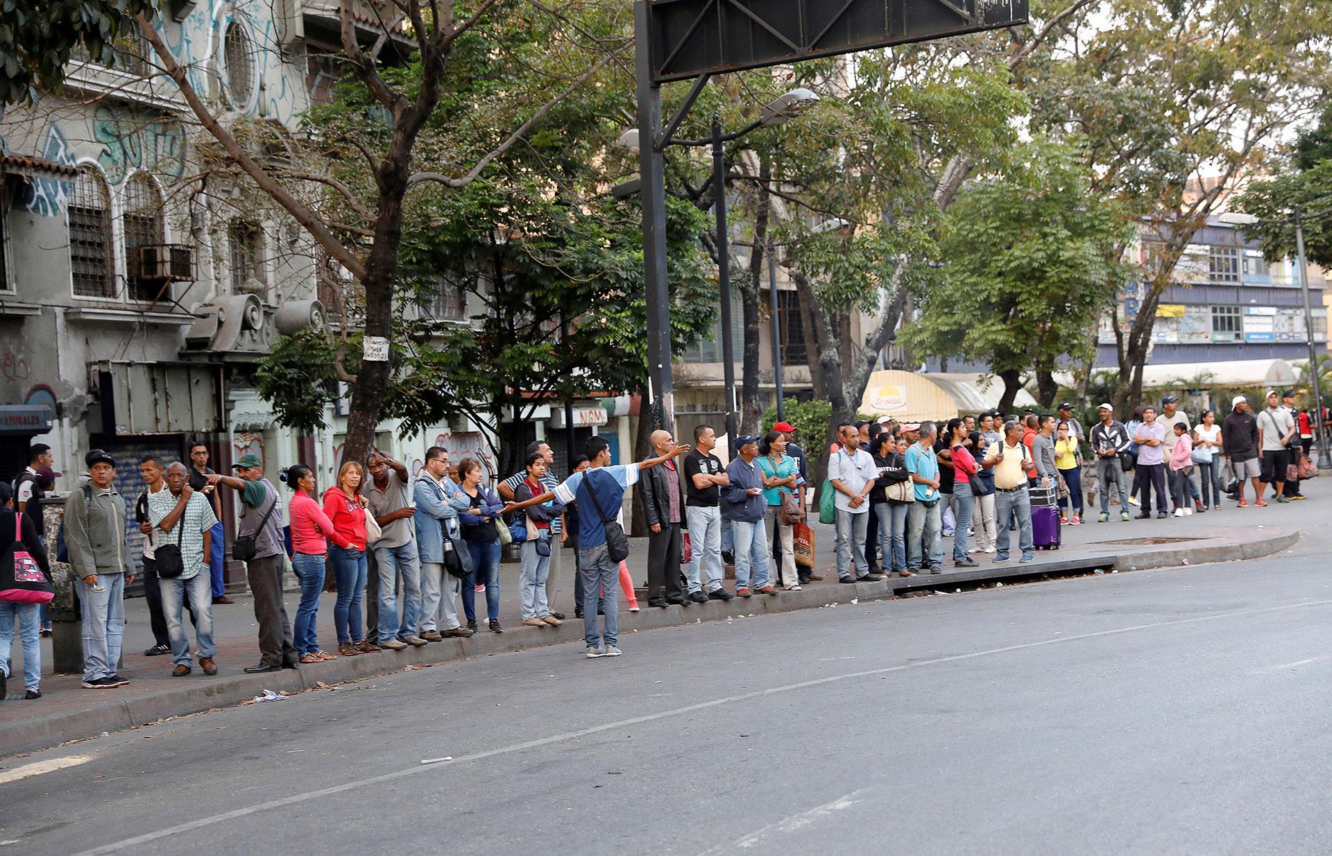 El apagón afectó el servicio de metro en caracas y esta mañana, aún sin energía, decenas de personas hacían fila para tomarse un autobús en Caracas