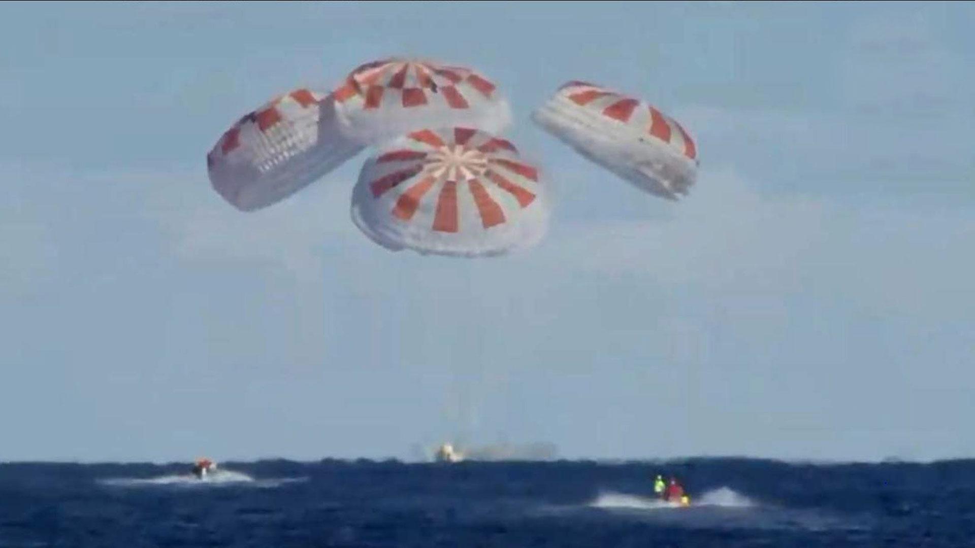Esta imagen tomada de NASA TV, muestra el amerizaje de la cápsula SpaceX Crew Dragon el 8 de marzo de 2019, en el Océano Atlántico. (AFP)