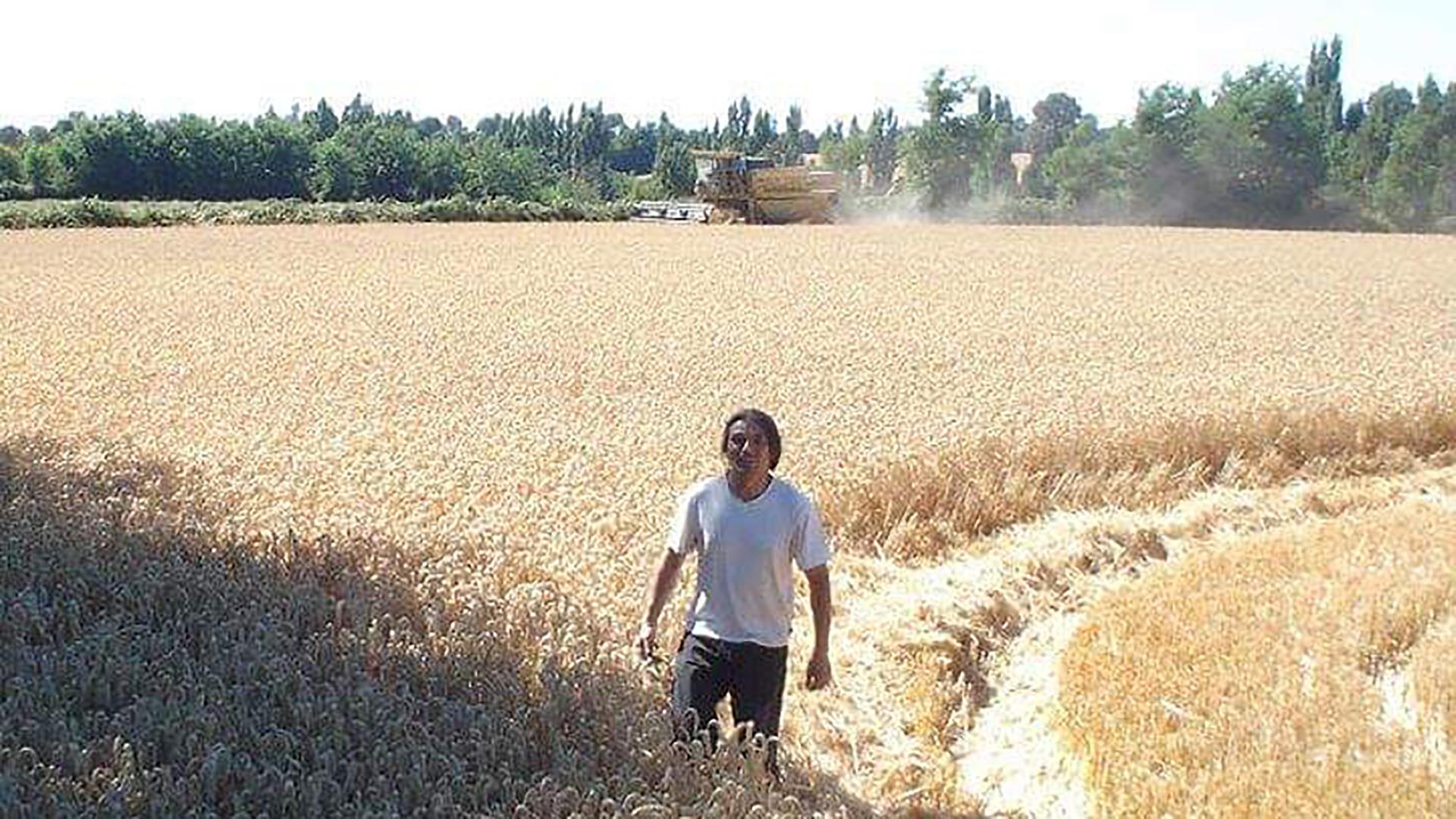 Isrrael en el campo, donde trabaja todos los días