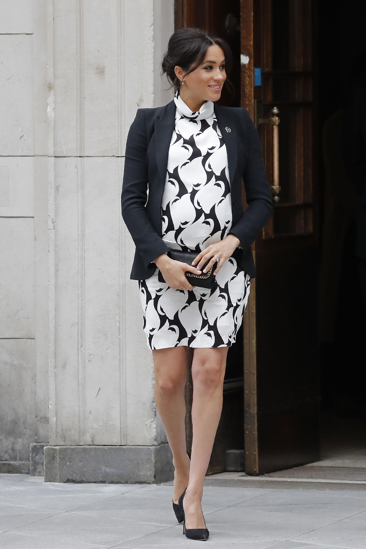 Mini vestido retro: Markle aportó un toque sesentoso con un vestido estampado para asistir a un evento en honor del Día Internacional de la Mujer (AFP)