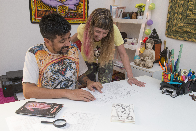 Karina Beck y Gastón Veloso son pioneros de la lectura y enseñanza de estos estudios en Argentina.
