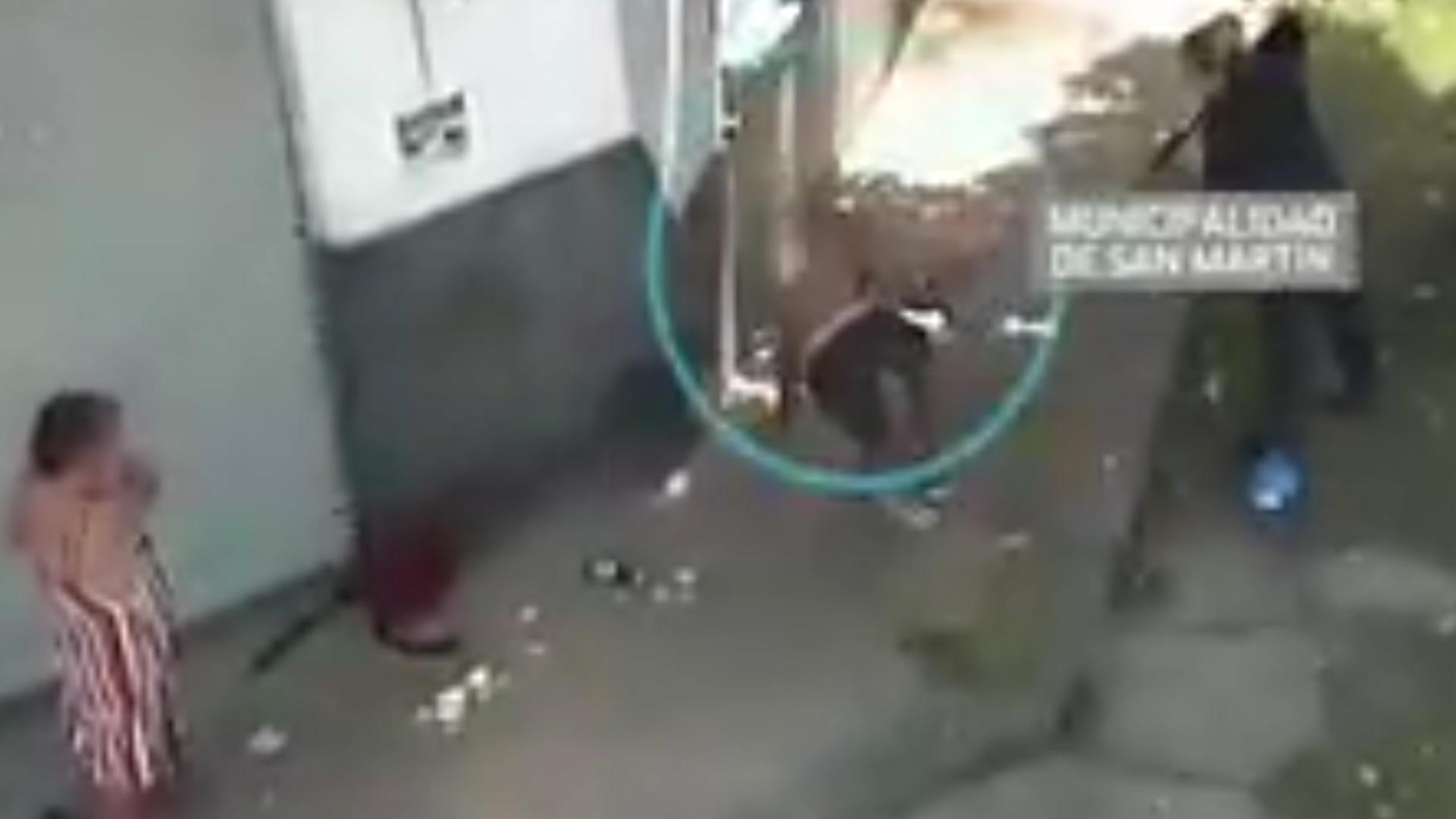 La policía logró reducir y detener al agresor