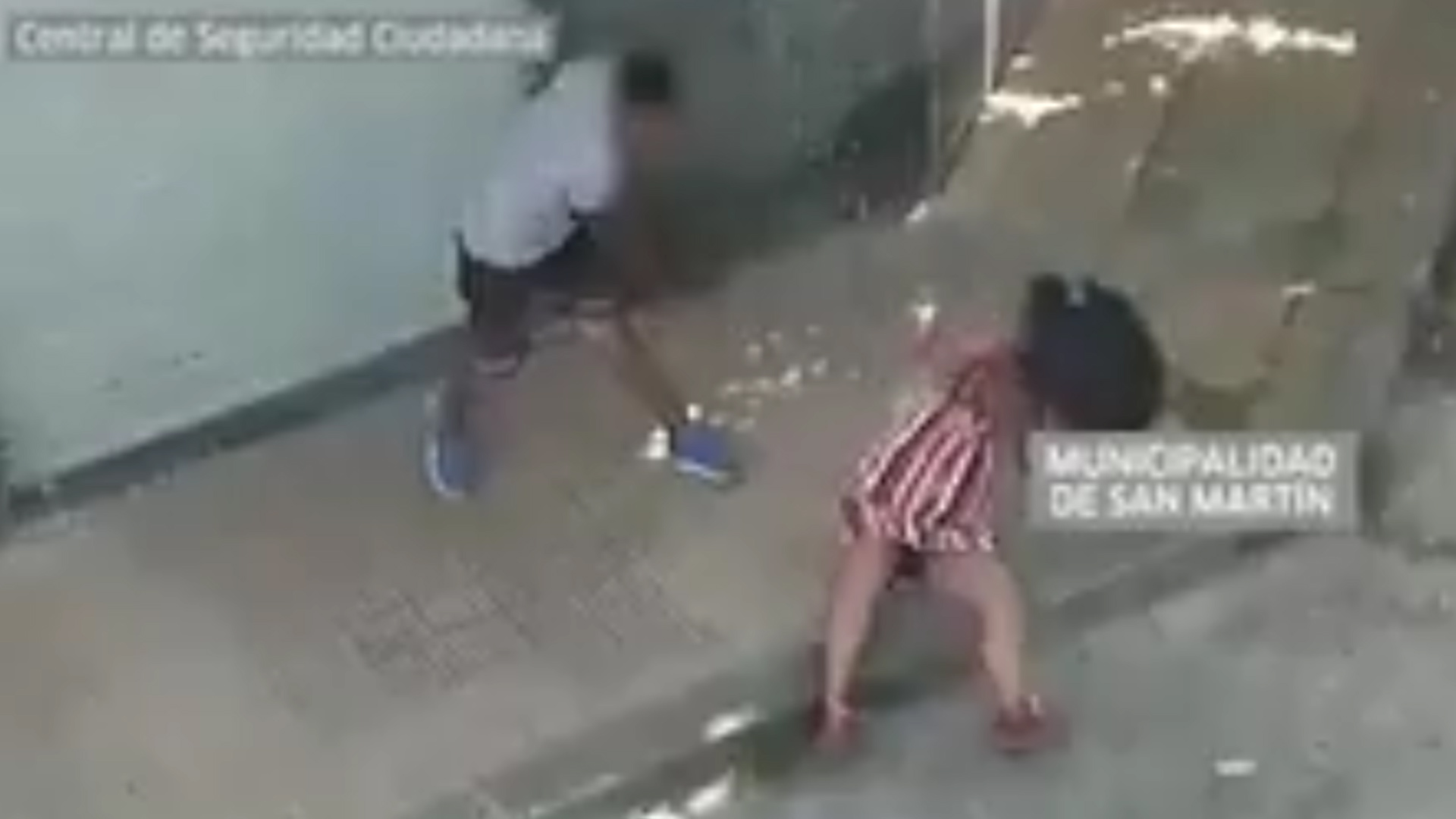 Una las trompadas dejó a la mujer tendida sobre la vereda
