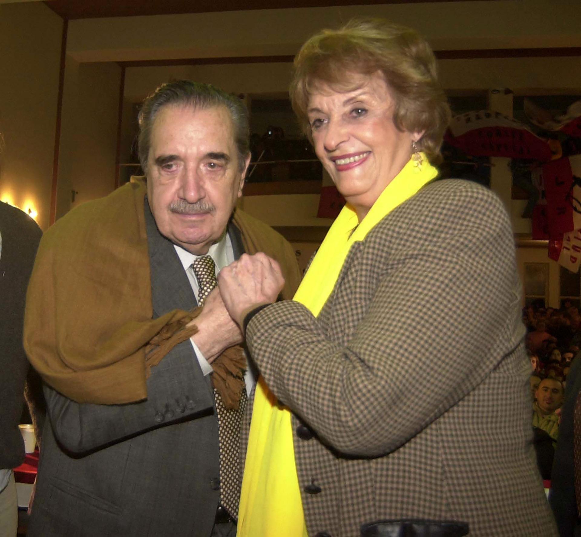 El ex mandatariosaluda a Graciela Fernandez Meijide durante el acto que para recordar los 20 años del informe de la CONADEP