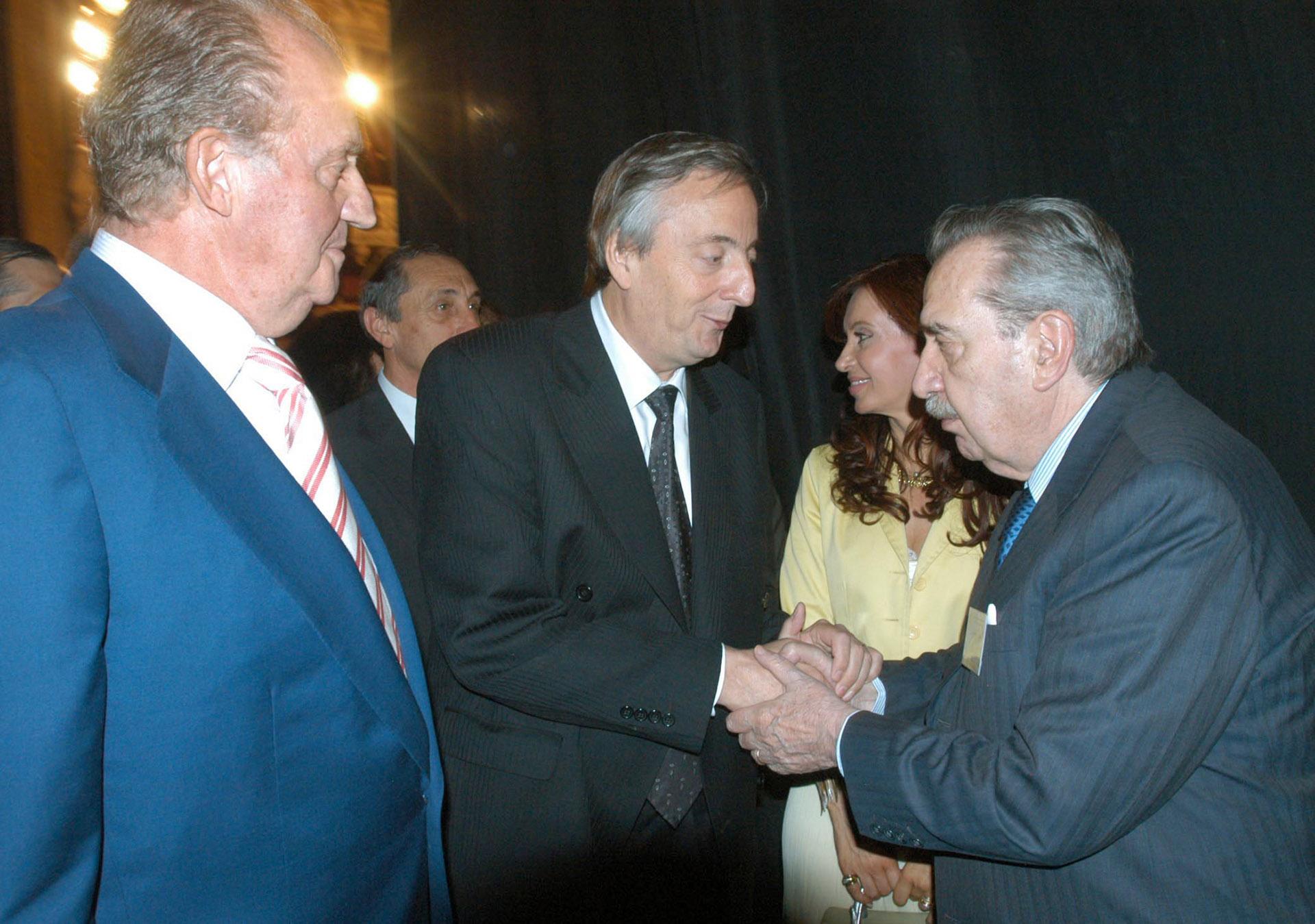 Durante el Congreso de la Lengua, que se llevó adelante en Rosario en 2004, junto al entonces presidente Néstor Kirchner y el rey Juan Carlos de España