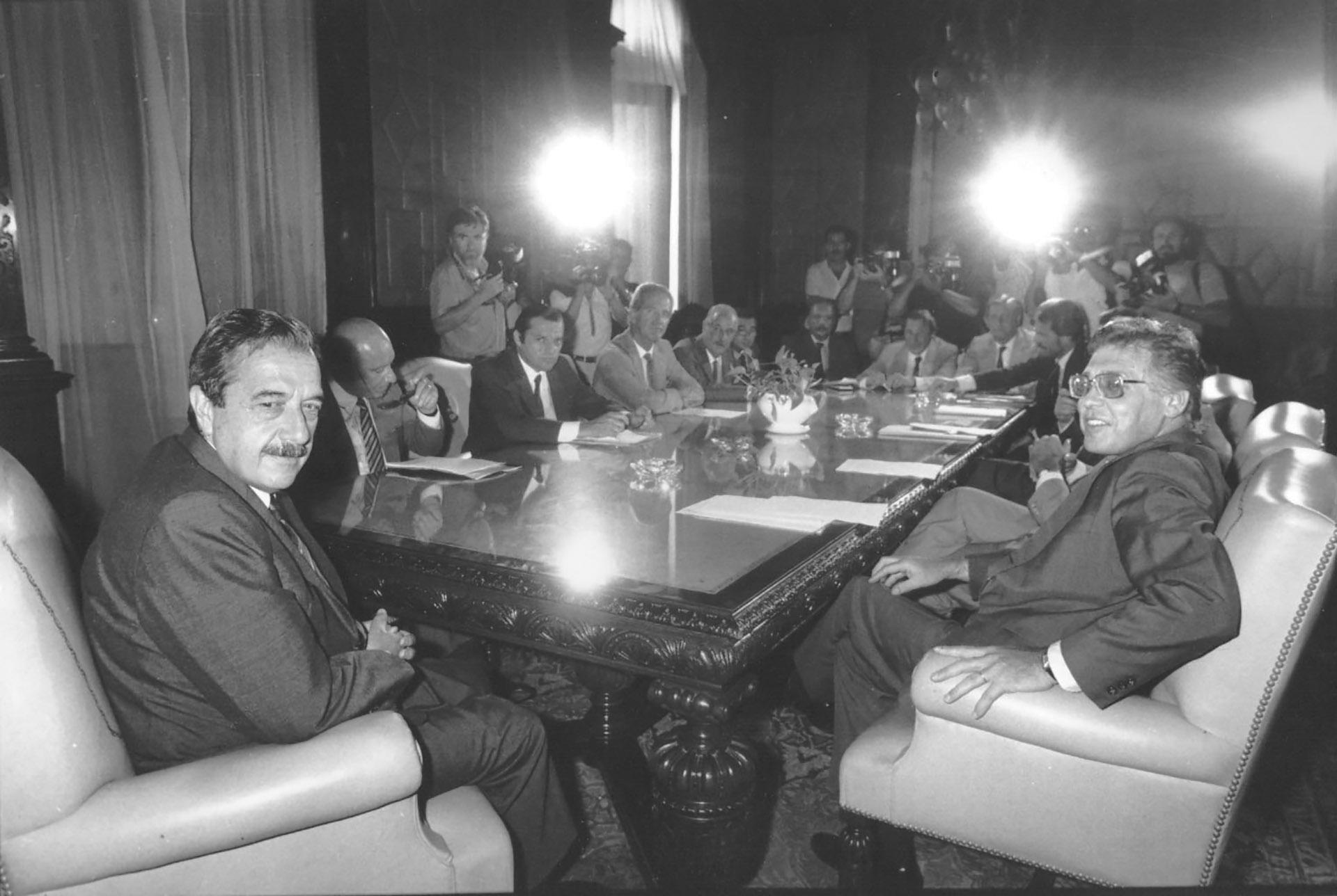 Alfonsín con su ministro de Economía, Juan Vital Sourrouille, al anunciar el Plan Austral