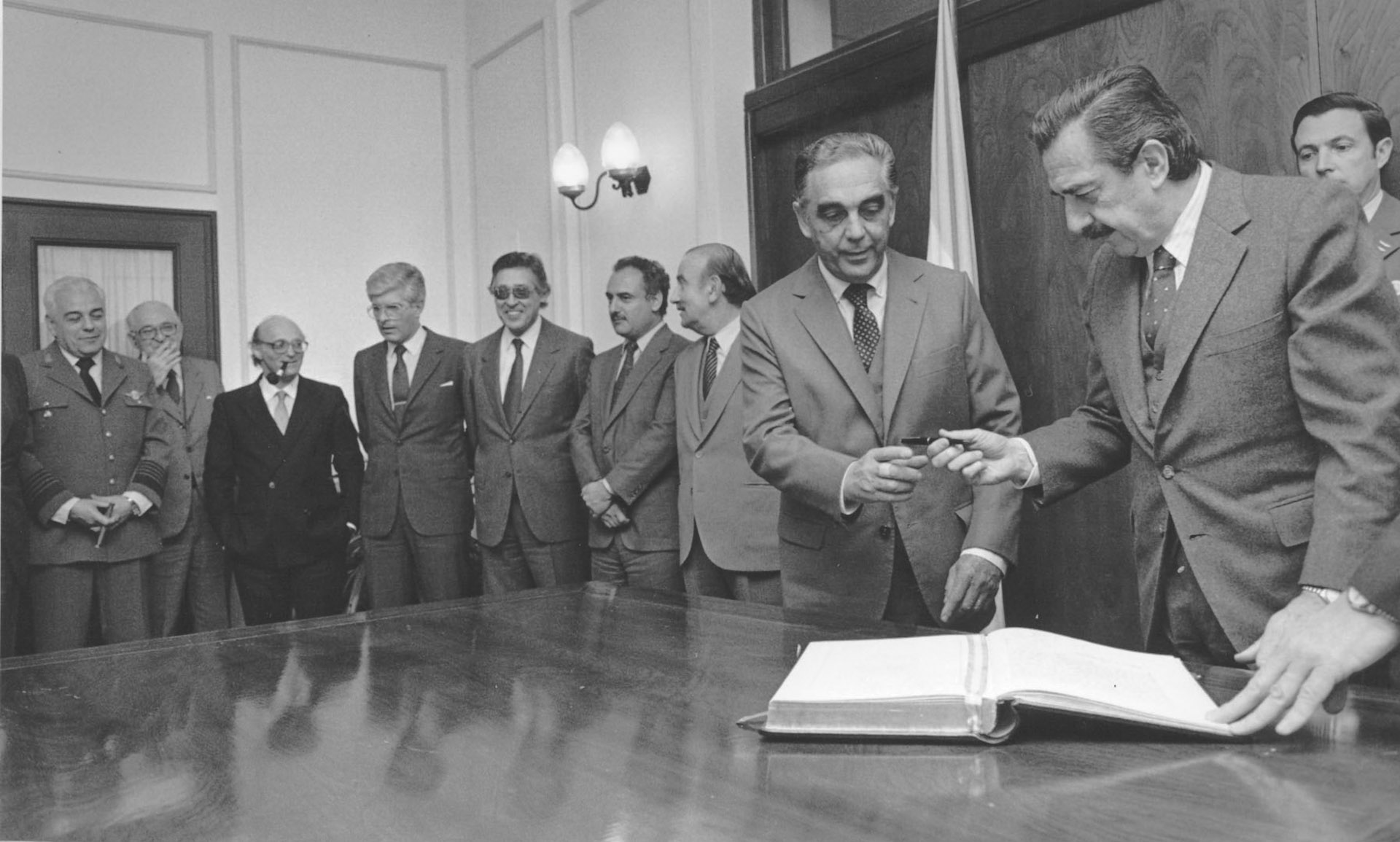 Alfonsín, junto al ex vice presidente Víctor Martínez y el resto de su gabinete.