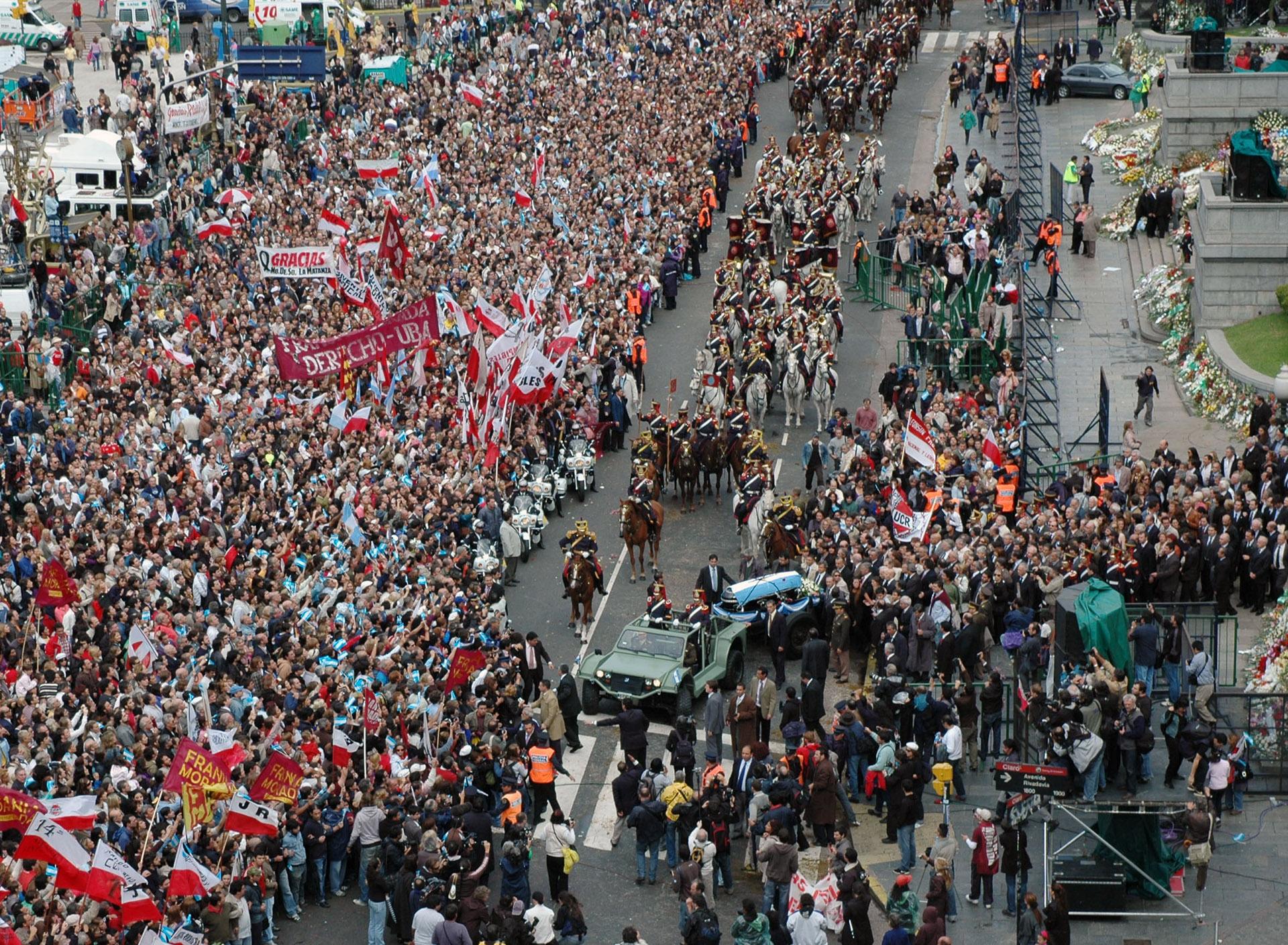 Una multitud acompañó el féretro en el último adiós a Raúl Alfonsín, en 2009