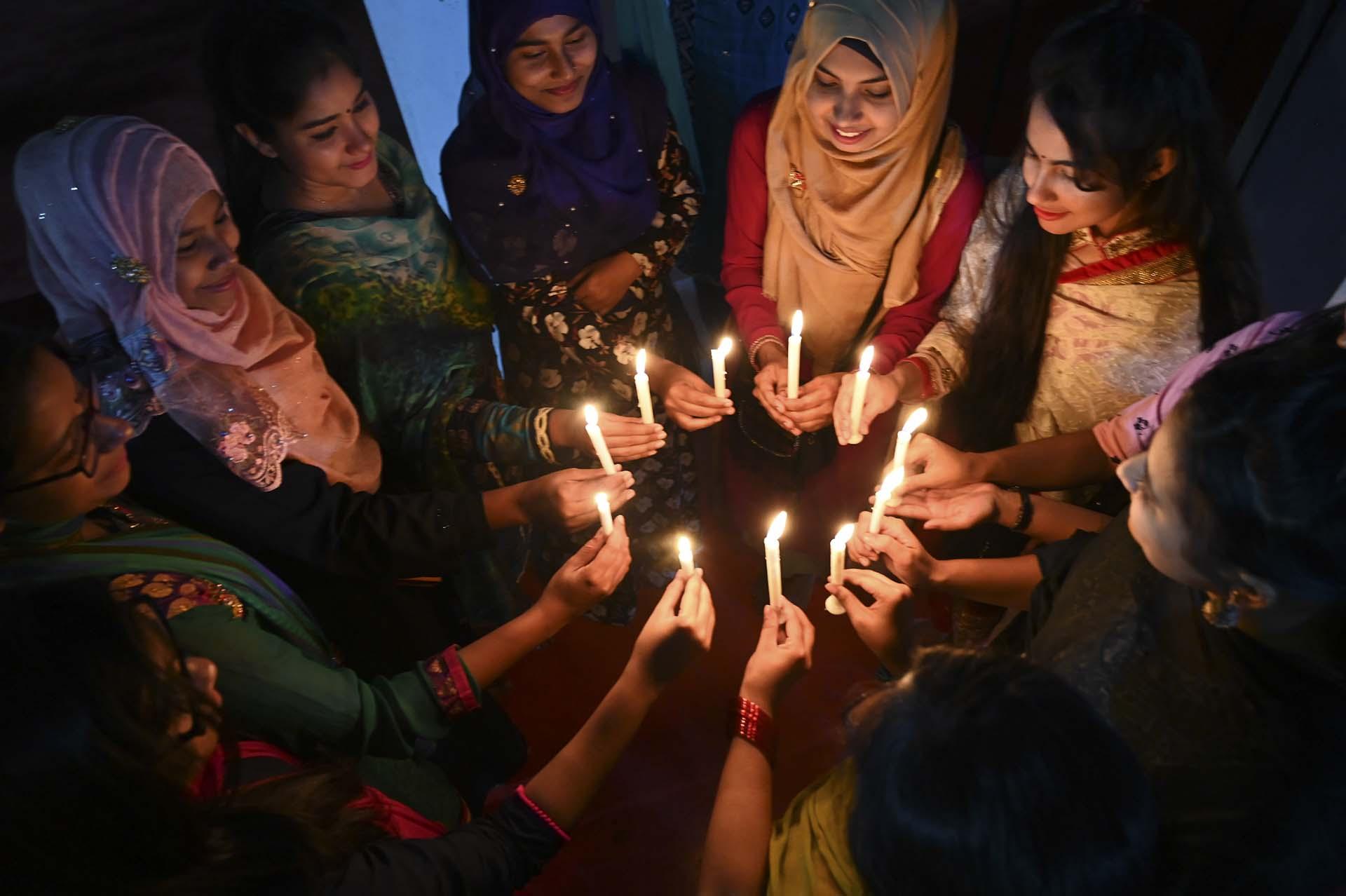 Mujeres bangladeshíes participan de una vigilia con velas en Dhaka (Photo by MUNIR UZ ZAMAN / AFP)