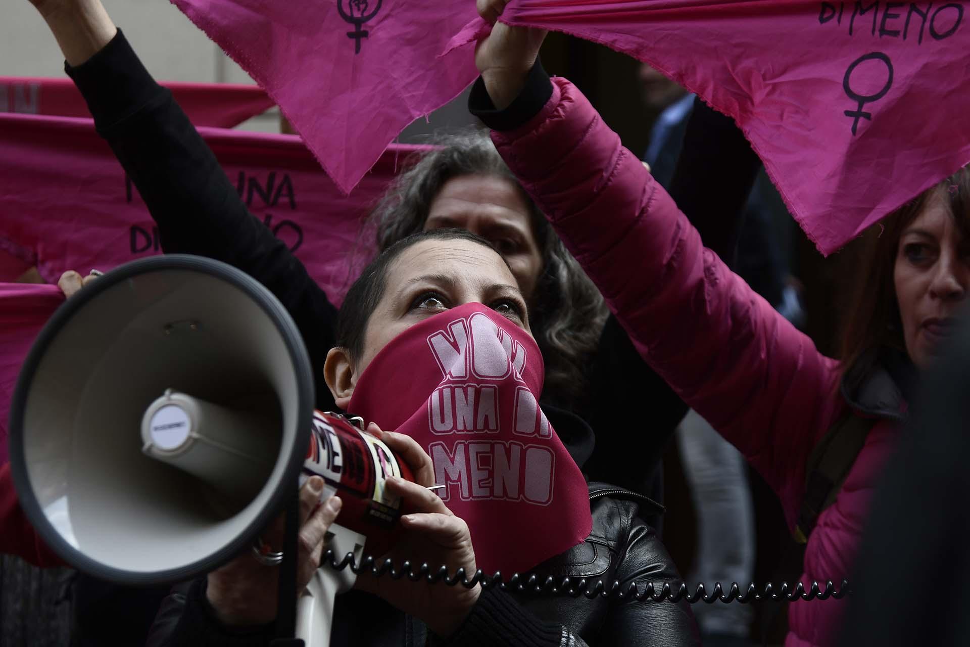 """En Roma, las mujeres reclaman por el fin de los femicidios con la frase """"Ni una menos""""frente al Ministerio de Trabajo(Photo by Filippo MONTEFORTE / AFP)"""