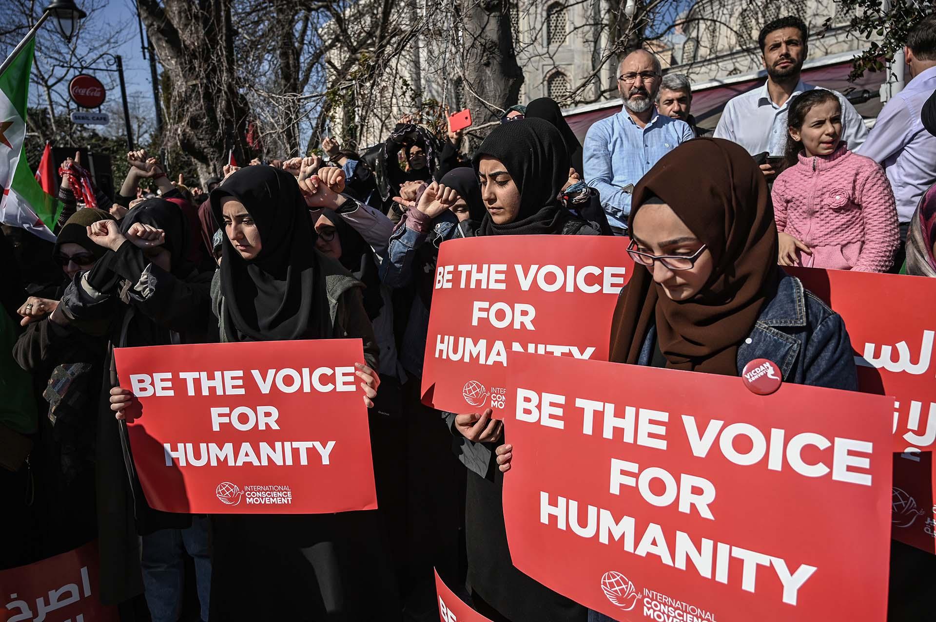 Mujeres sostienen pancartas en Estambul, Turquía (Photo by Ozan KOSE / AFP)