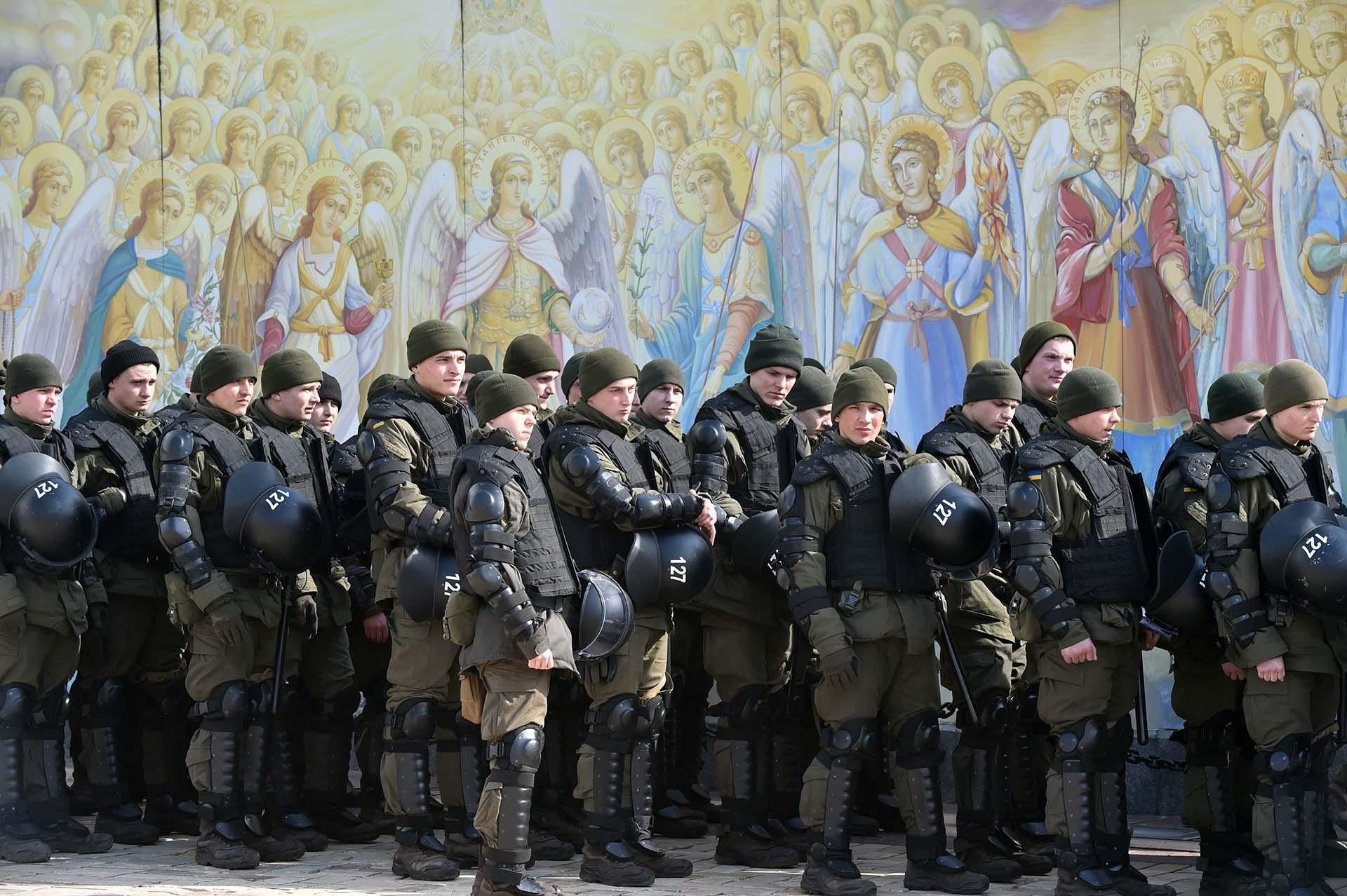 En Kiev, Ucrania, la policía se preparaante los frescos de lacatedral ante la movilización convocada por la organización Insight LGBTQI por el Día Internacional de las Mujeres(Photo by Sergei SUPINSKY / AFP)