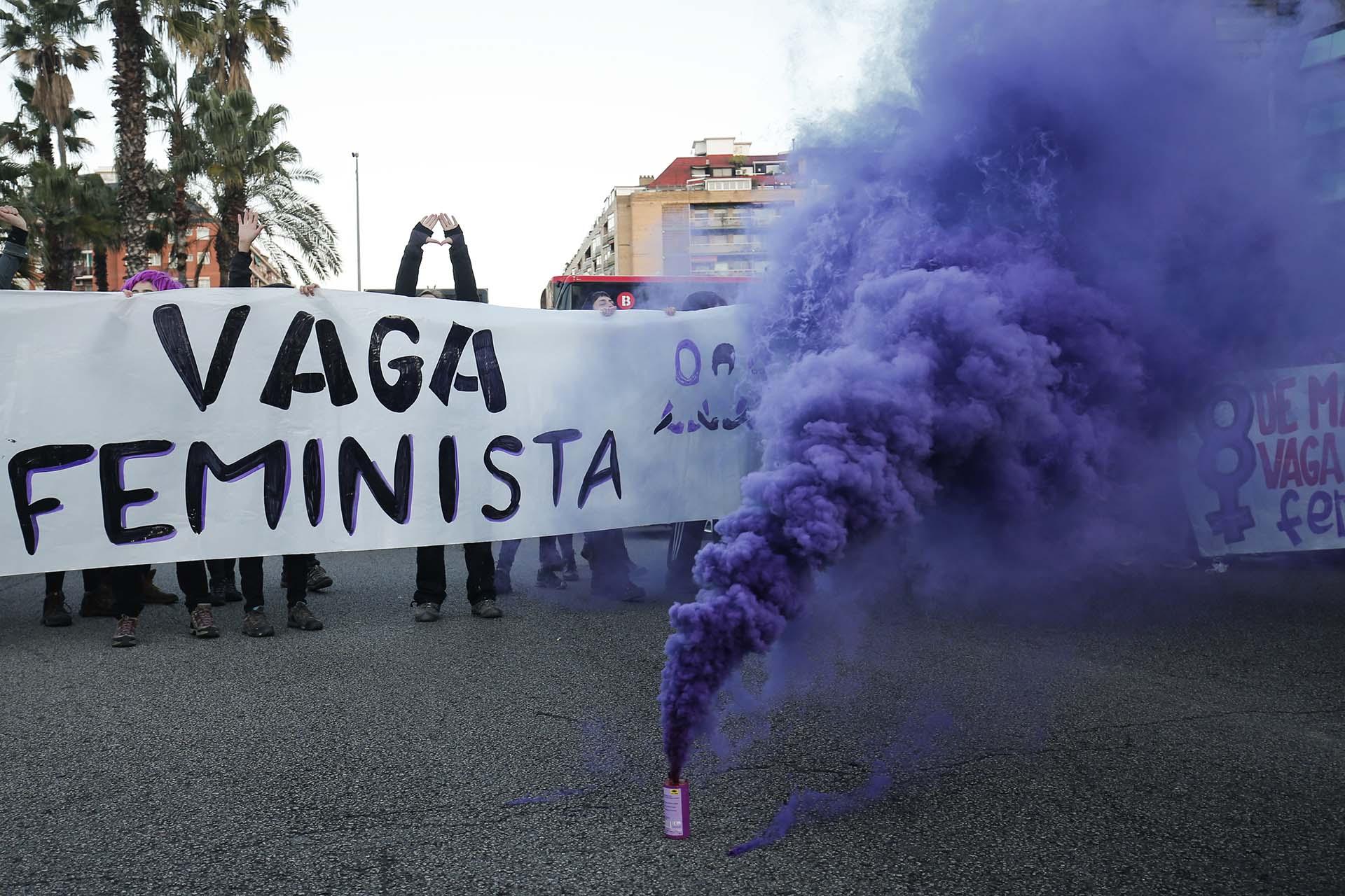Manifestantes bloquean la Gran Víadurante la protesta por el Día Internacional de la Mujer(Photo by PAU BARRENA / AFP)