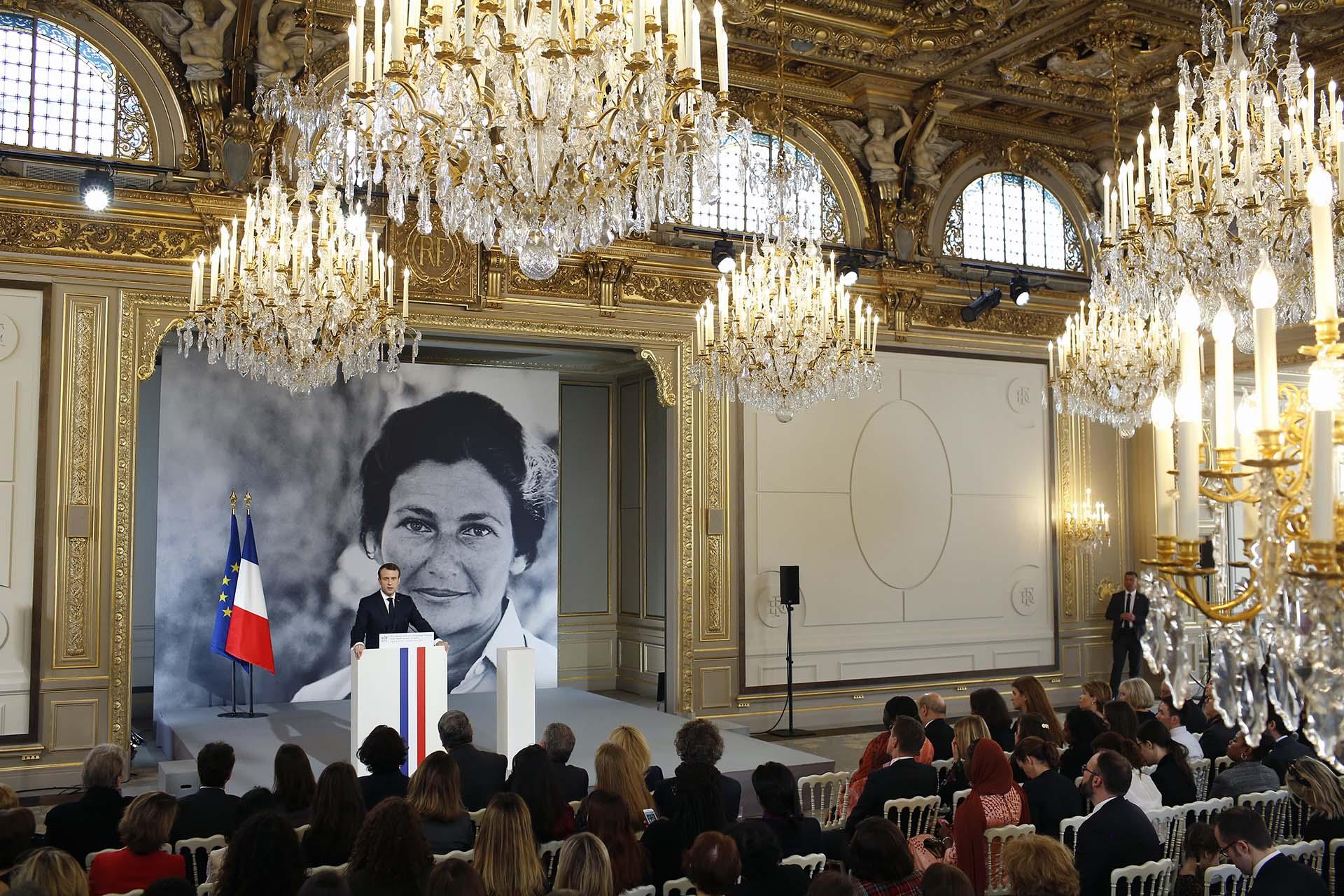 El presidente francés Emmanuel Macron dió un discurso durante la presentación del premio Simone Veil (Photo by Thibault Camus / POOL / AFP)