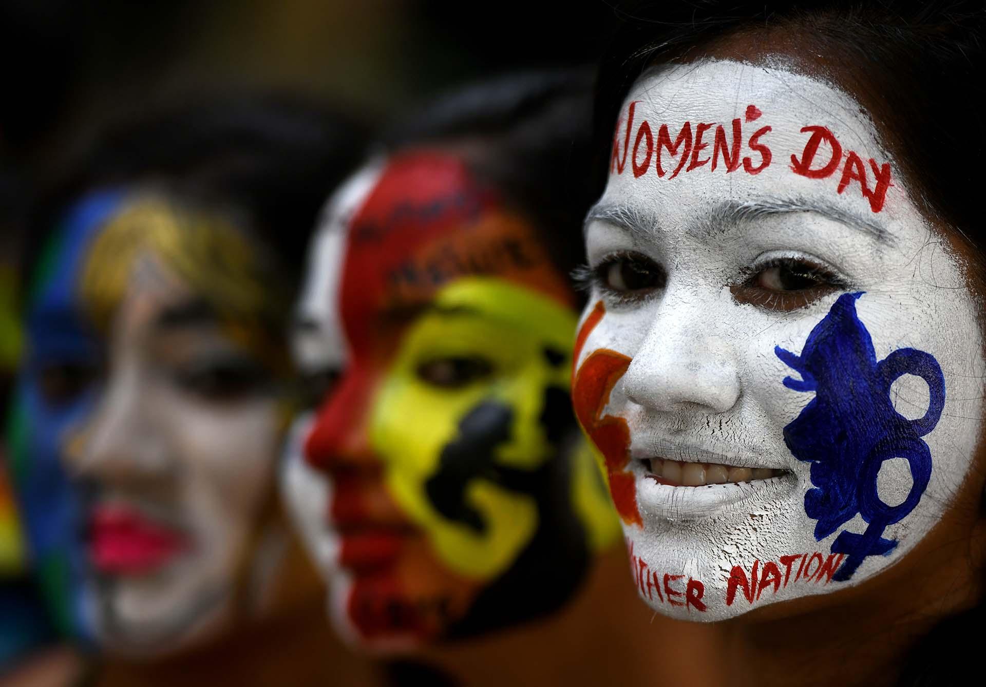 Estudiantes indias posan con sus rostros pintados en el Día Internacional de la Mujer, enChennai (Photo by ARUN SANKAR / AFP)