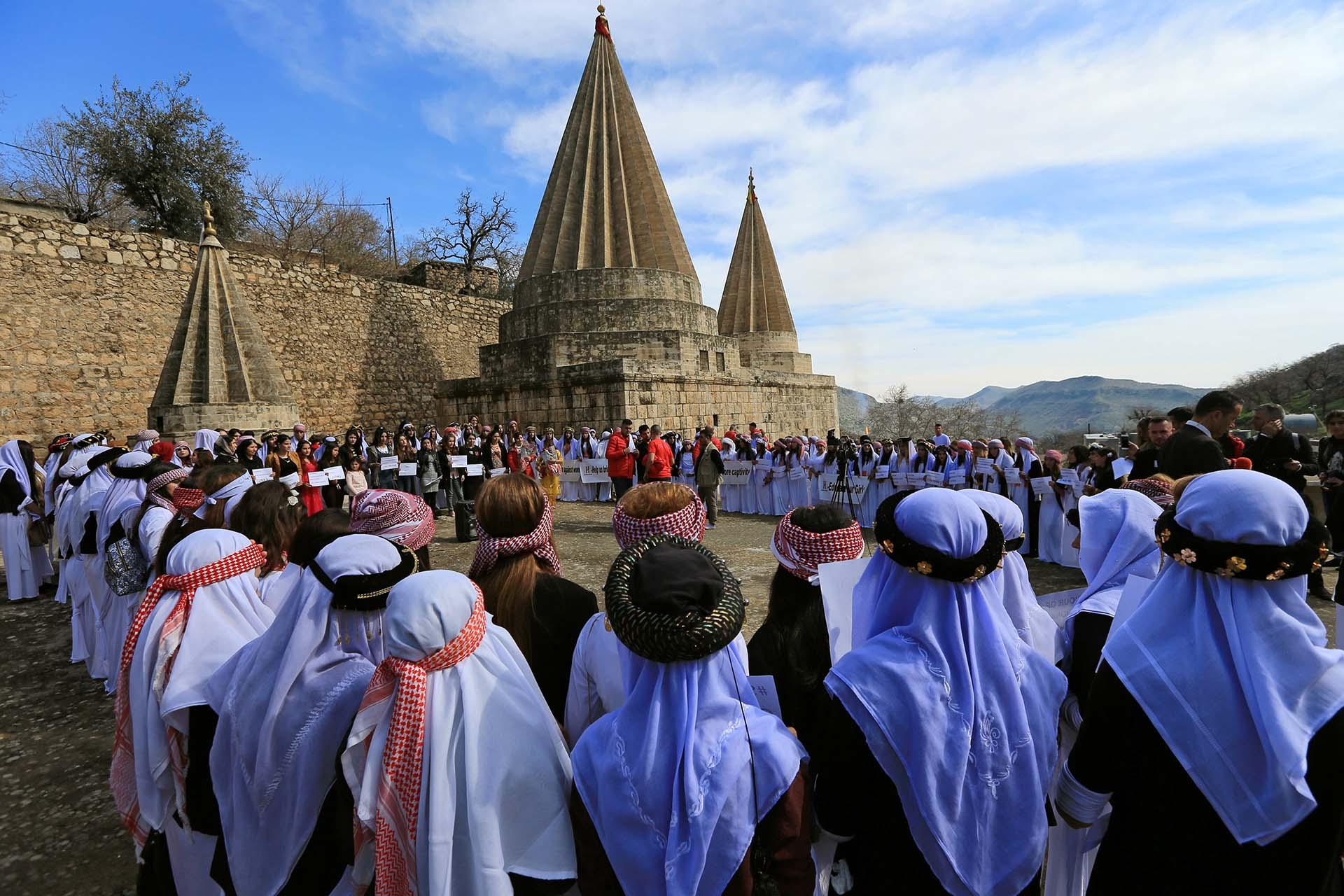 Mujeres yazidíes participan de una ceremonia en el Templo Lilash en memoria de las mujeres asesinadas y secuestradas por el Estados Islámico en el norte de Irak (March 8, 2019. REUTERS/Ari Jalal)