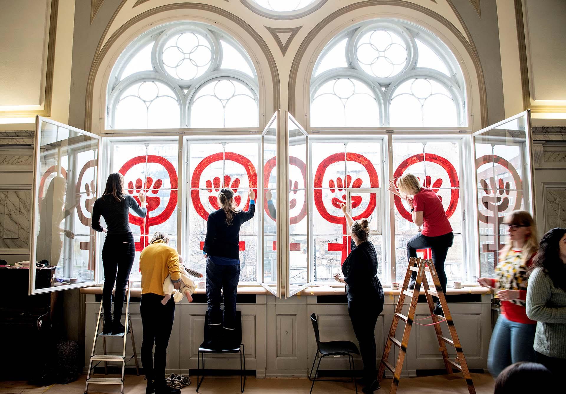 """""""Poder femenino"""", pintado en las paredes de la Fundación Danner, en Copenague (REUTERS)"""