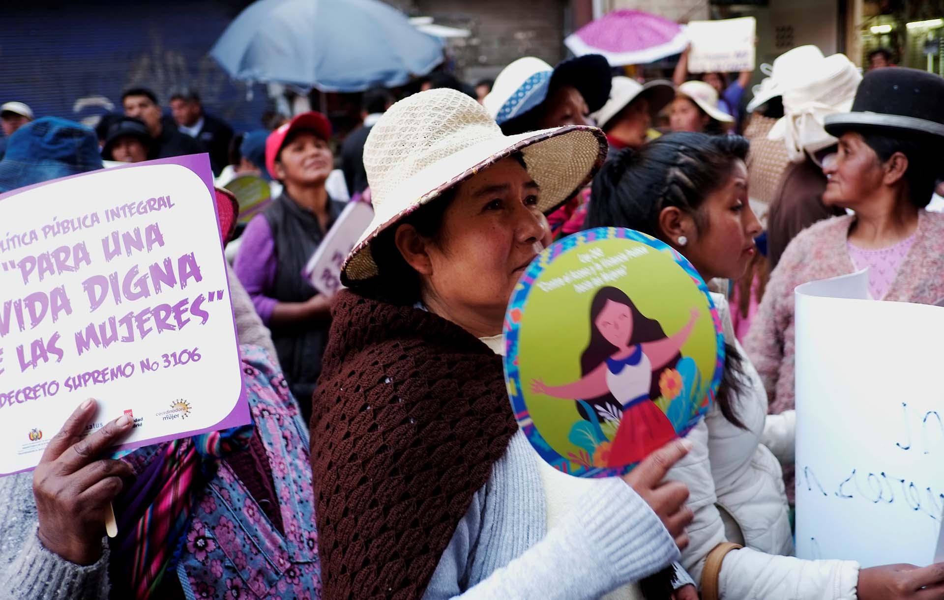 Una mujer con carteles enLa Paz, Bolivia(REUTERS/David Mercado)
