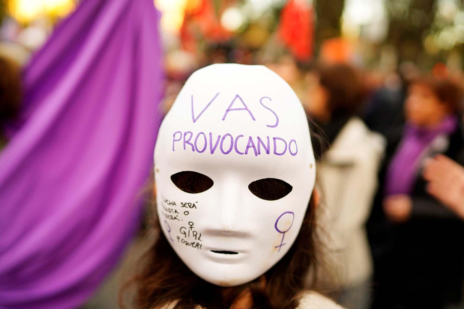 Una manifestante lleva una máscara en la protesta por el Día Internacional de la Mujer en Madrid (REUTERS/Juan Medina)
