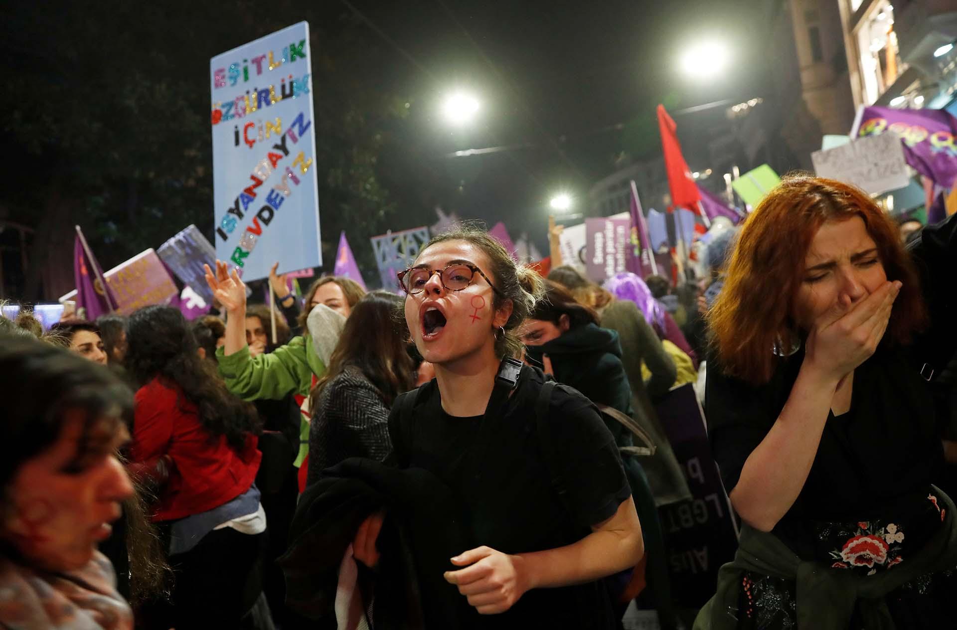 En Estambul, donde la protesta fue prohibida por el gobierno de Erdogan, las mujeres se manifestaron igual (REUTERS/Murad Sezer)