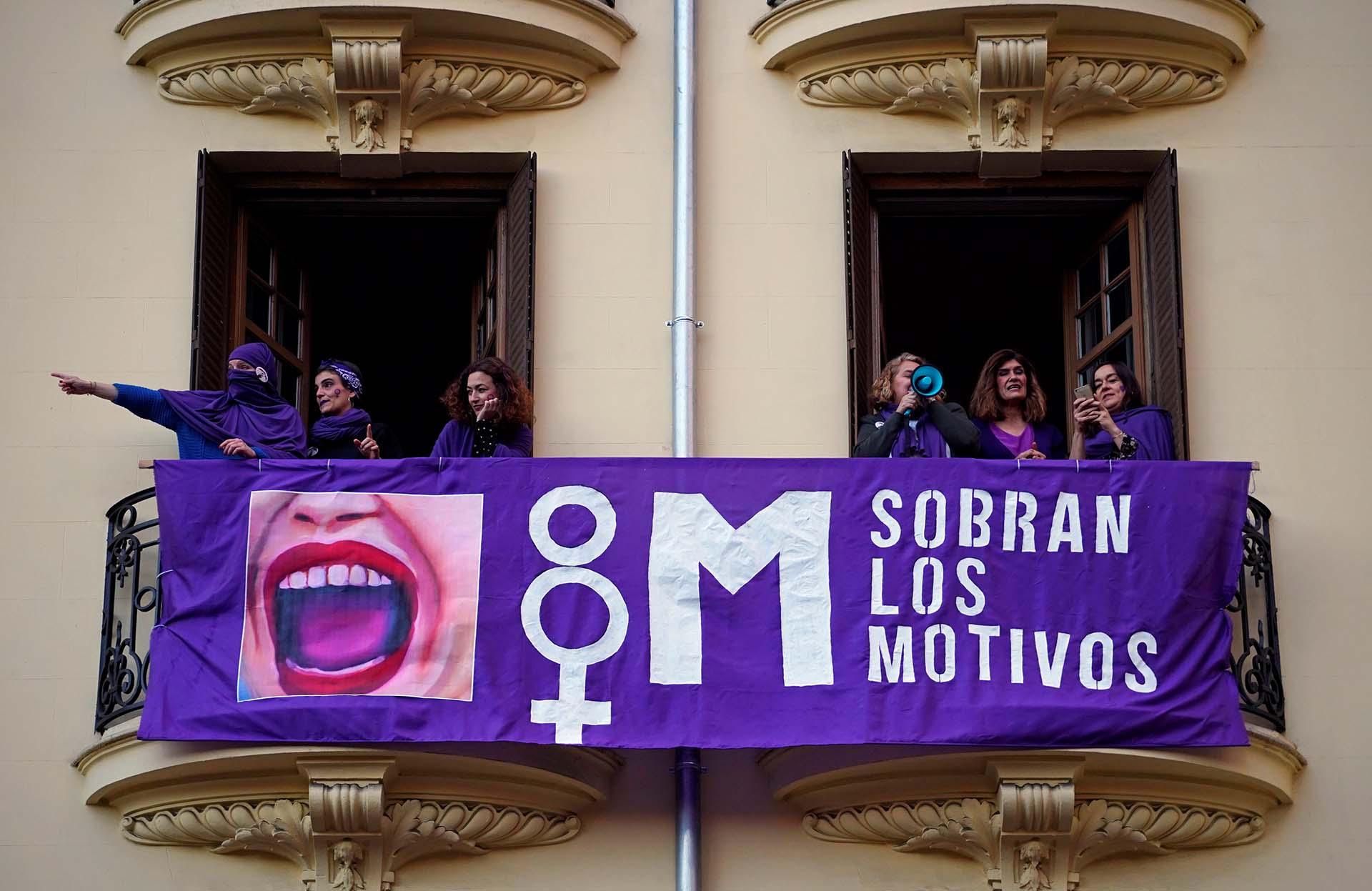 Manifestantes participan de la huelga nacional con motivo del Día Internacional de la Mujer en Madrid (REUTERS/Juan Medina)