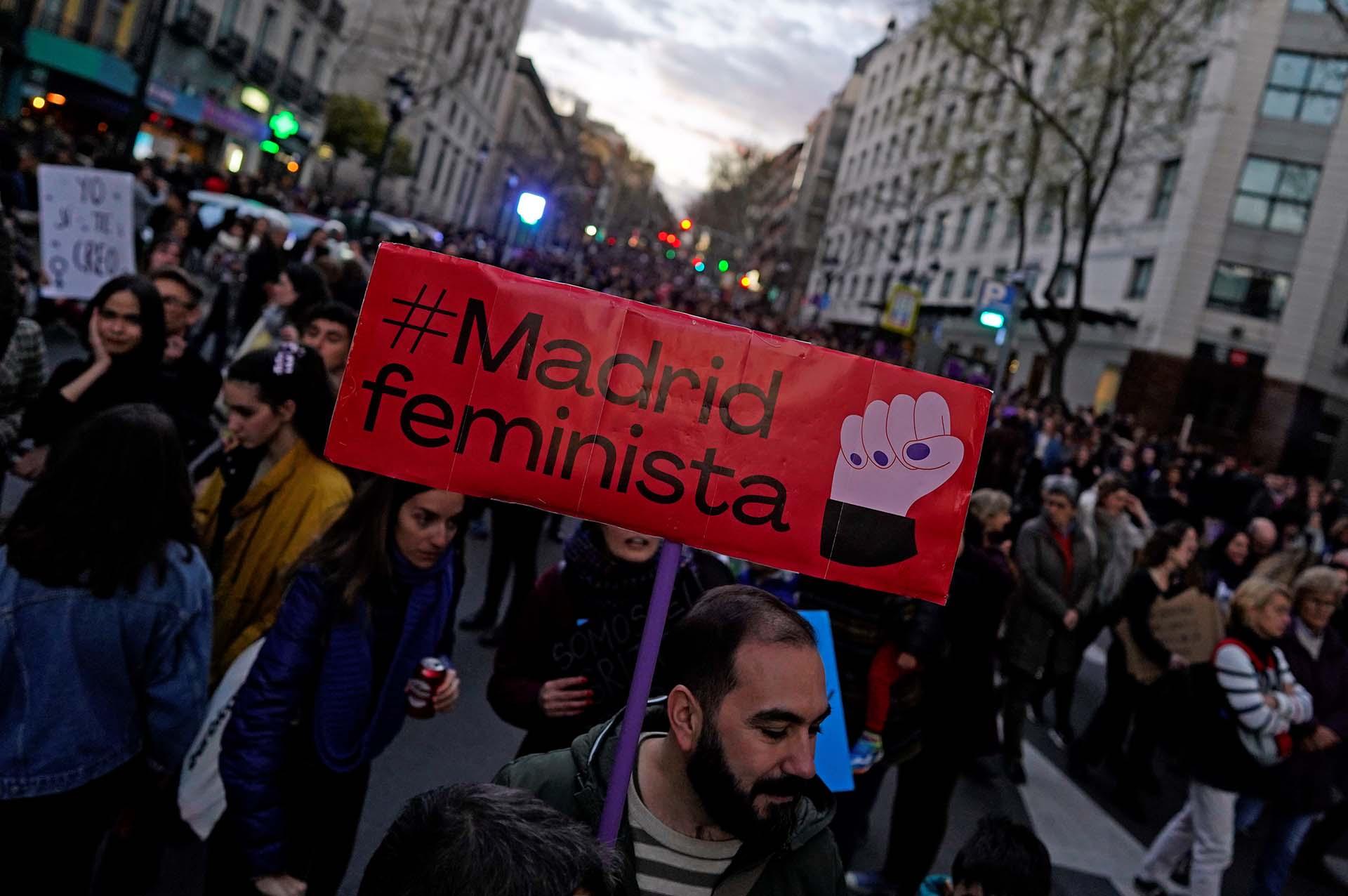 Manifestantes participan de la manifestación por el Día de la Mujer en Madrid, España (REUTERS/Juan Medina)