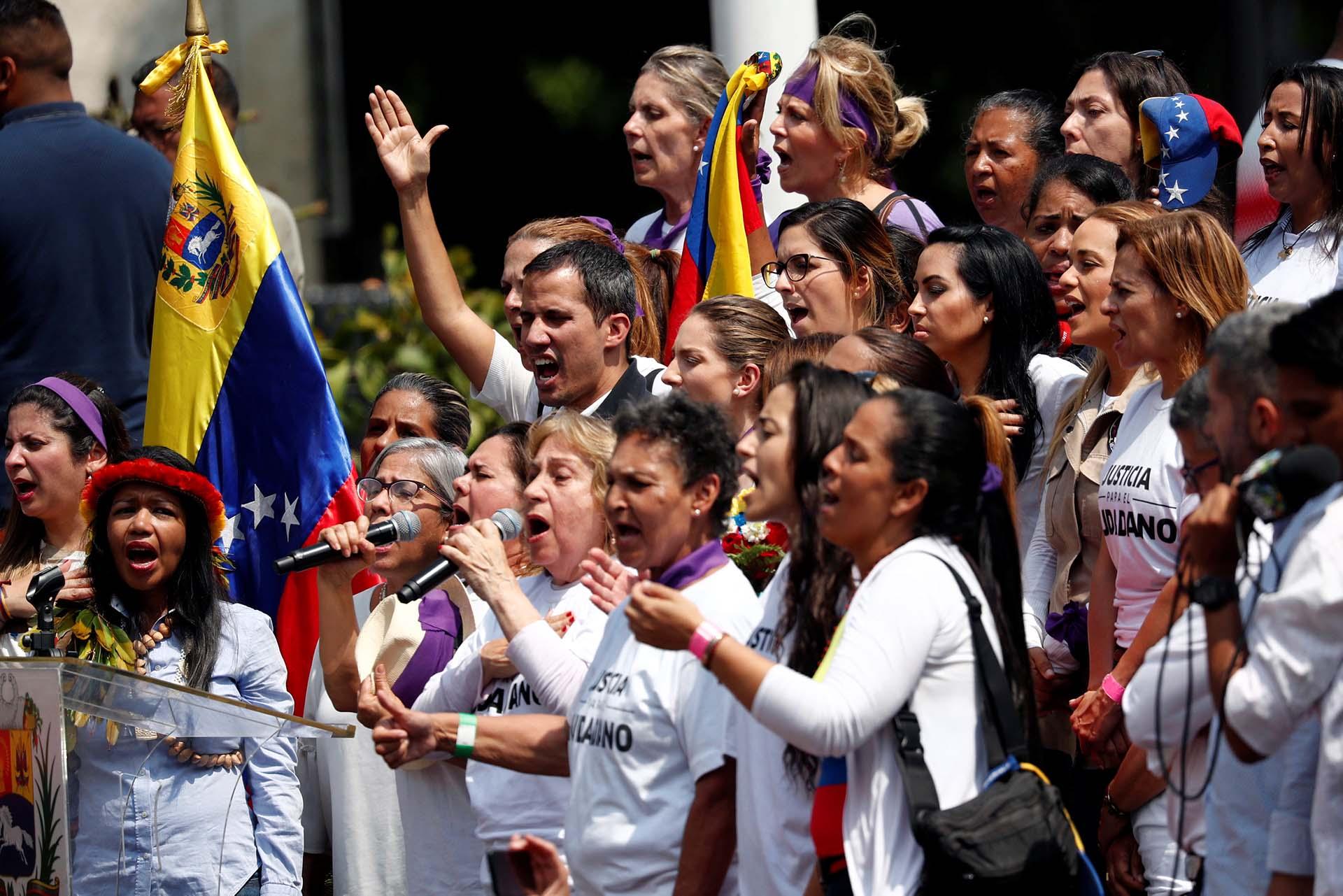 El líder venezolano Juan Guaidó, reconocido por más de cincuenta países, participó de la manifestación por el Día de la Mujeres en Caracas, Venezuela (March 8, 2019. REUTERS/Carlos Jasso)