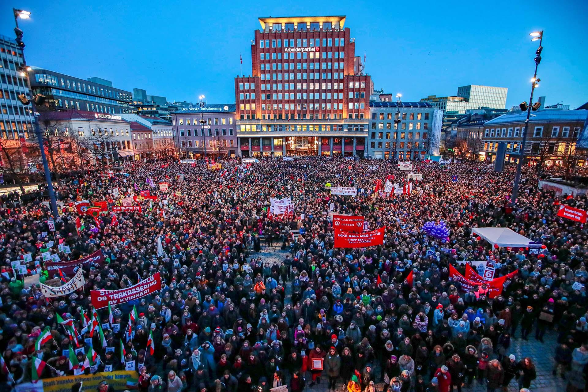 PGente reunida en Oslo, Noruega, por el Día Internacional de la Mujer (Scanpix/Hakon Mosvold Larsen via REUTERS)
