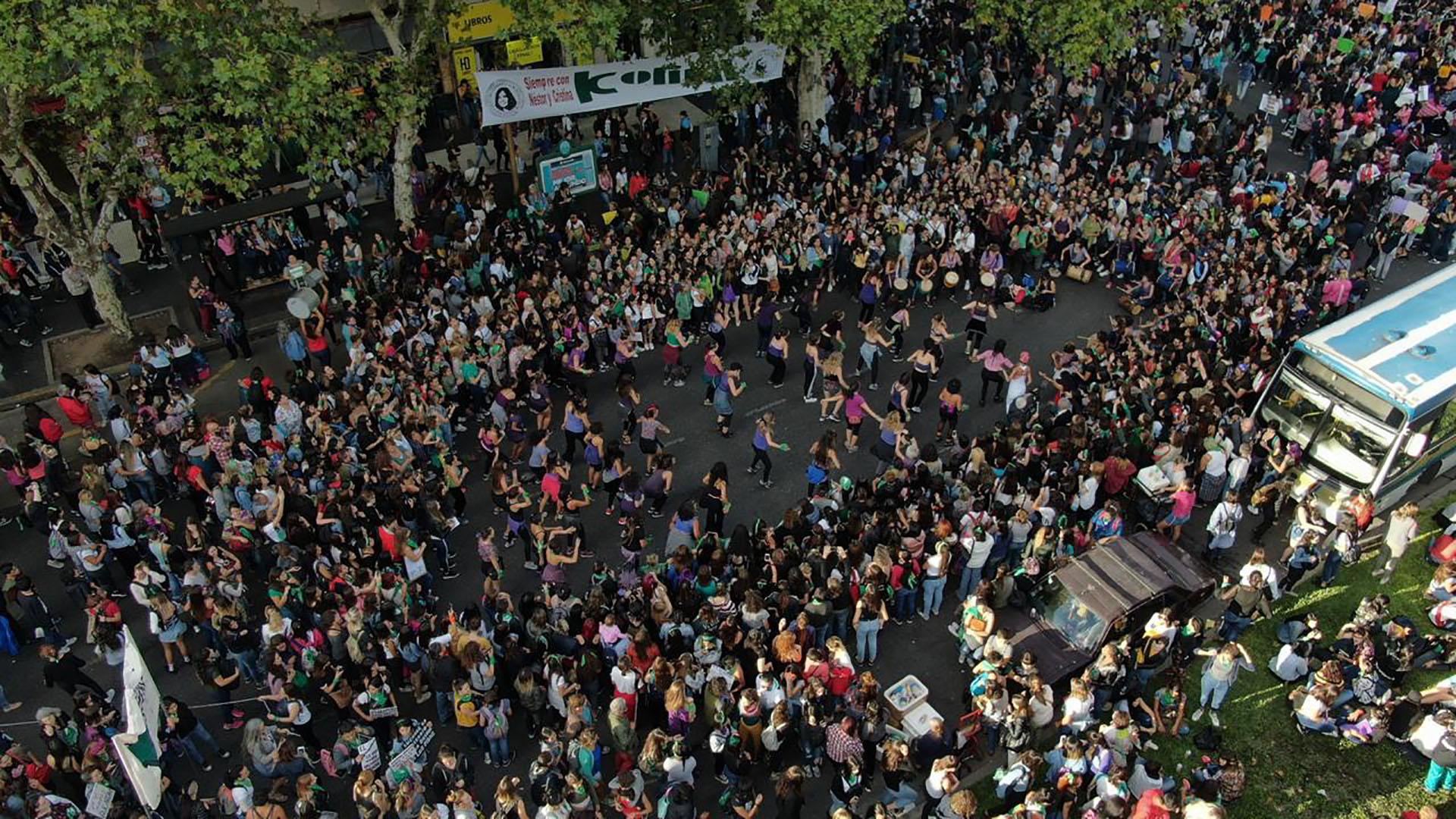 Con expresiones artísticas, percusión y baile, las mujeres coparon la Avenida de Mayo (Thomas Khazki)