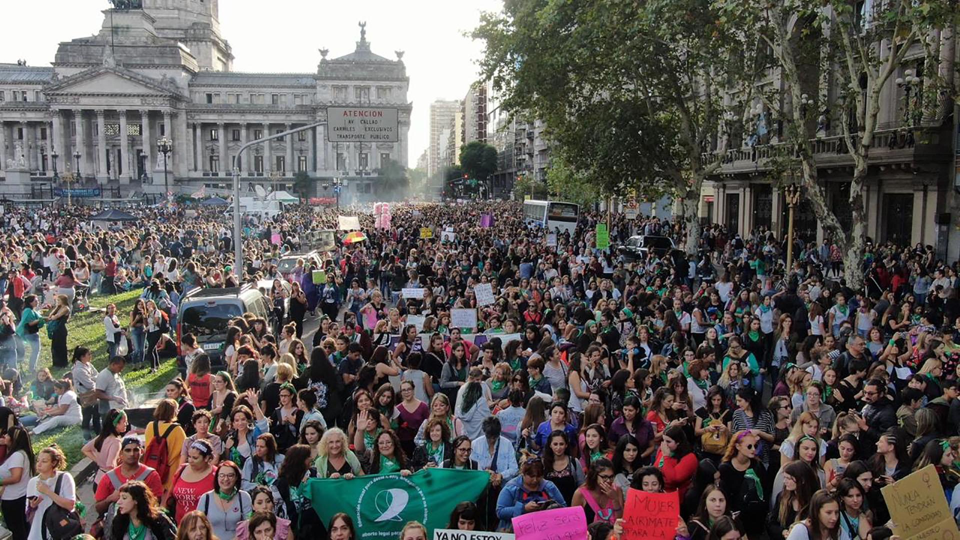 Una multitud, presente en las inmediaciones del Congreso Nacional (Thomas Khazki)