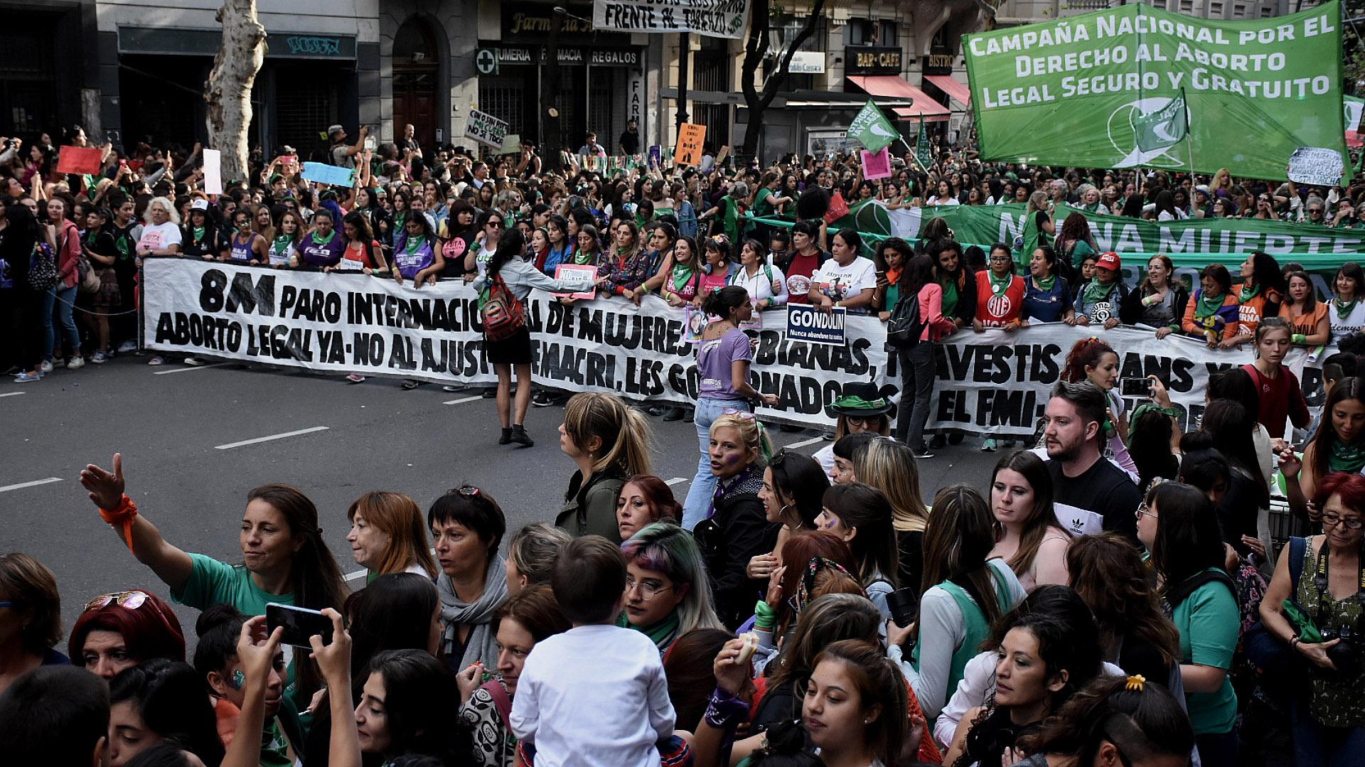La columna principal de la manifestación que atravesó la Avenida de Mayo (Nicolás Stulberg)
