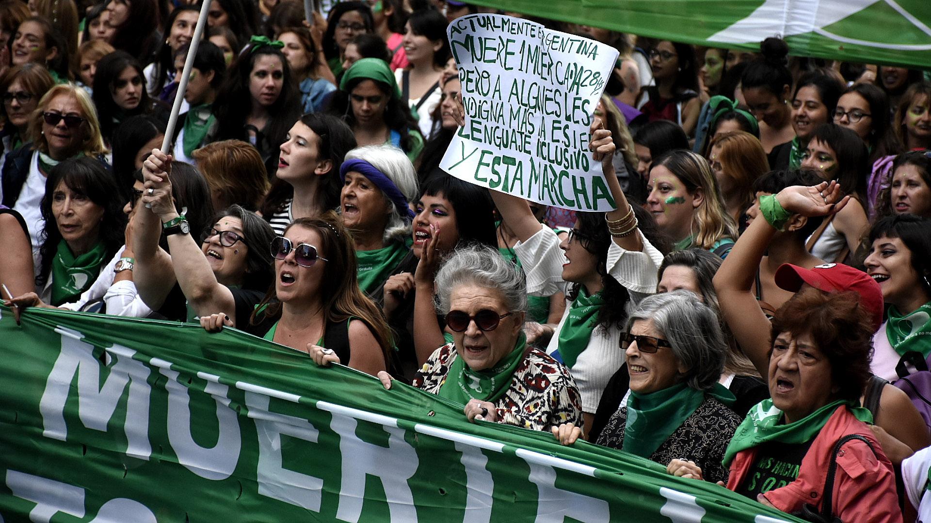 Algunas de las referentes históricas de las agrupaciones feministas, a la cabeza de la manifestación (Nicolás Stulberg)