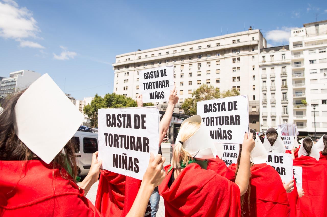 La performance de Las Críadas en el Congreso, encabezada por el colectivo Periodistas Argentinas este mediodía.