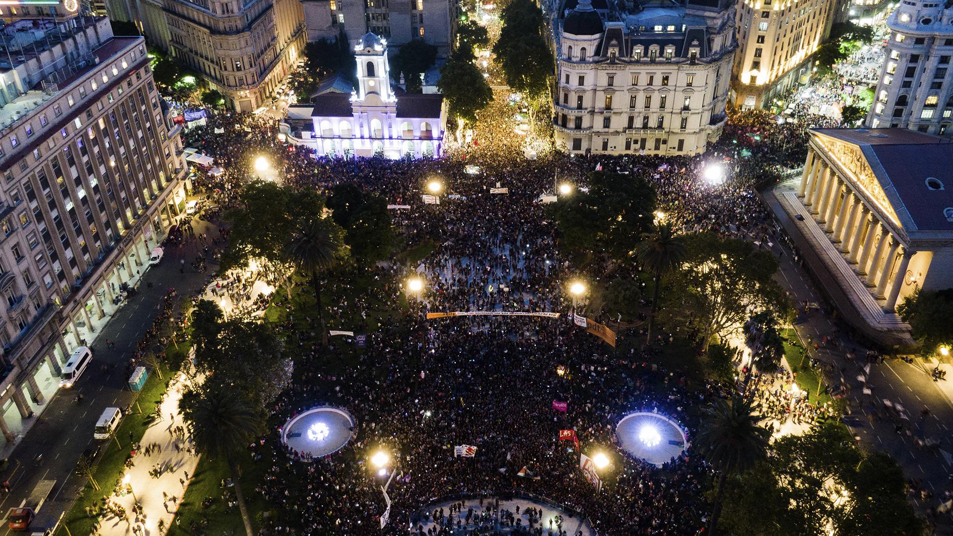 La marcha de las mujeres arrancó en el Congreso y terminó, de noche, en Plaza de Mayo