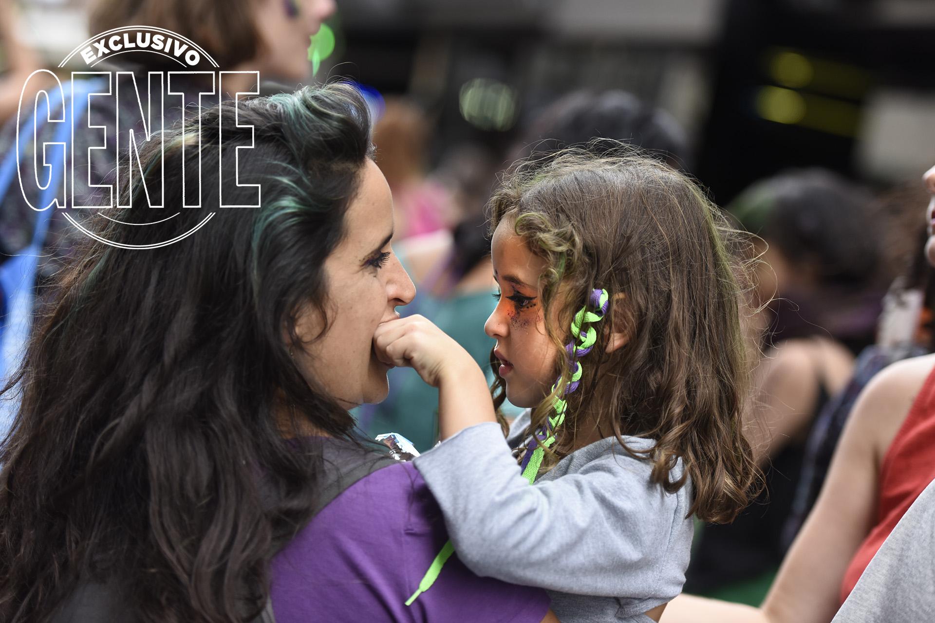 Madres e hijas, unidas por sus derechos, en el Día de la Mujer.