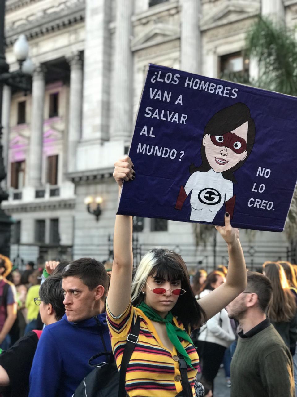 """""""Mujer bonita es la que lucha"""". Otra postal de la marcha."""