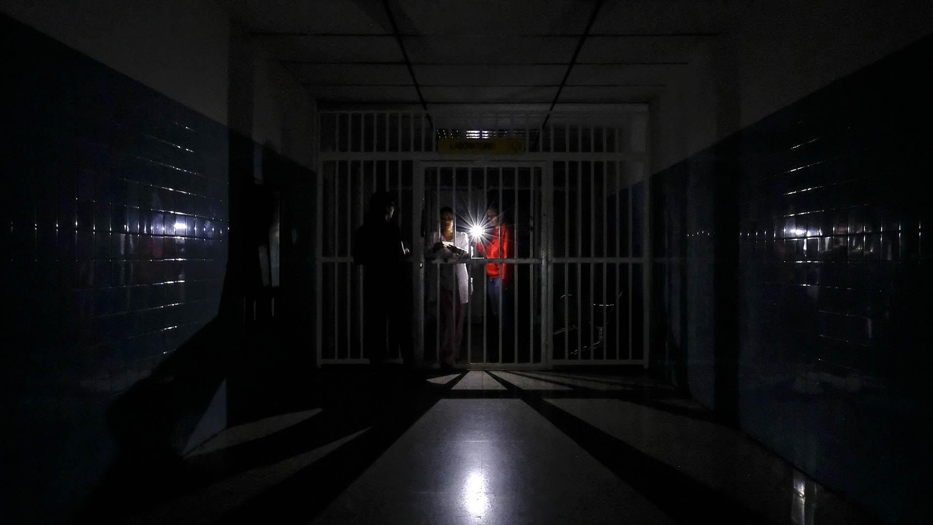 Un pasillo del hospital Miguel Pérez Carreño a oscuras el 8 de marzo de 2019 (AFP)